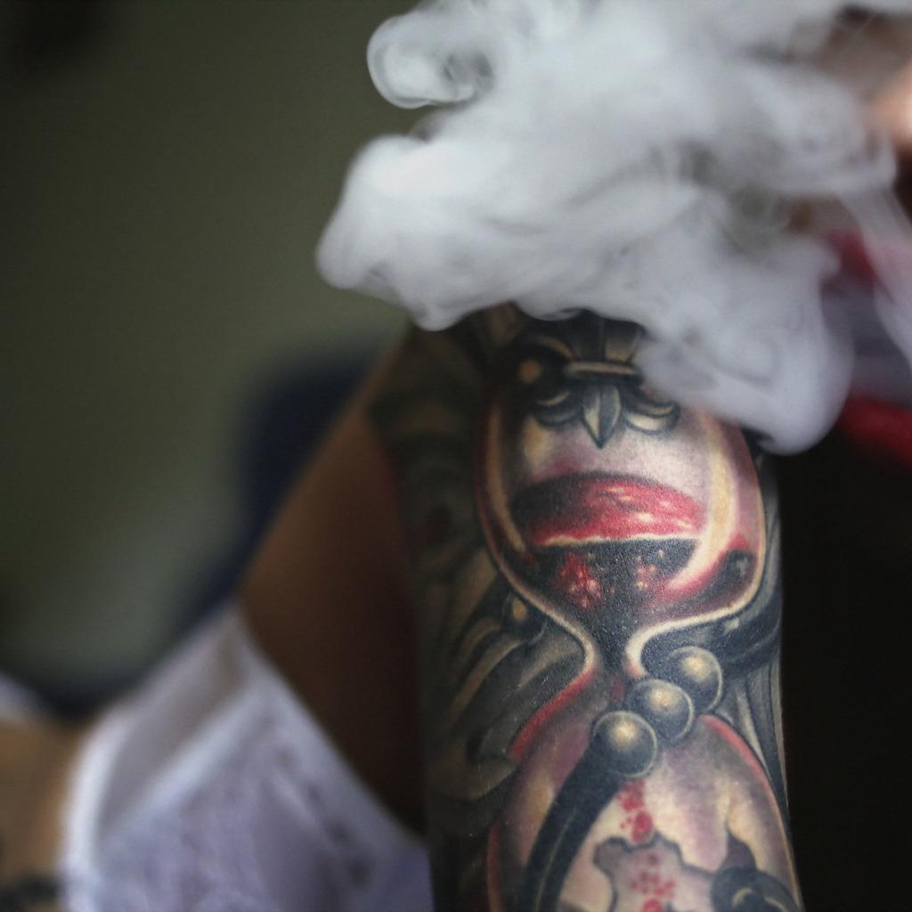 Фото девушек с тату и дымом