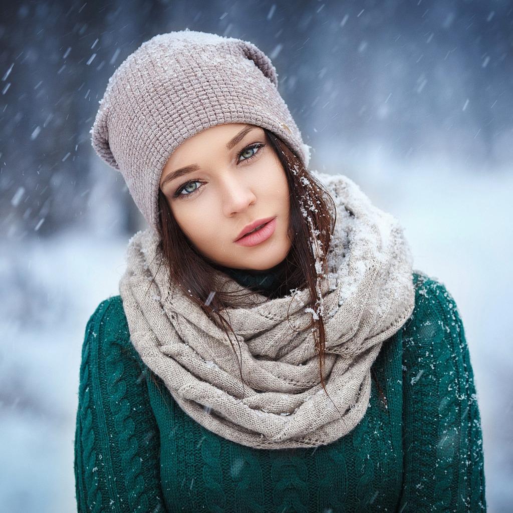 shatenka-krasotka-shapka-sharf-sviter-pricheska-makiiazh-sne.jpg (1024×1024)