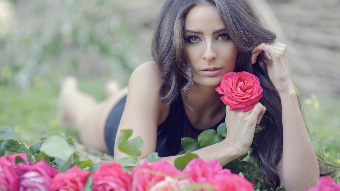 http://img2.goodfon.ru/original/1366x768/b/b8/kareglazaya-model-tatiana.jpg