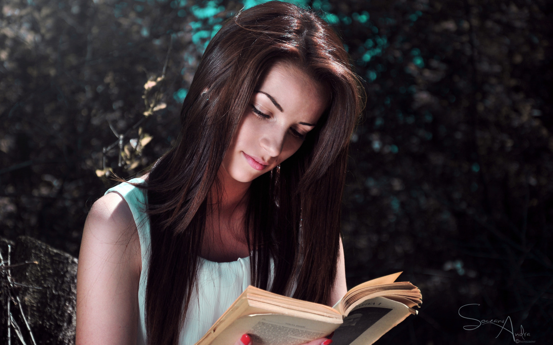 Девушка с книгой в руках фото на аву