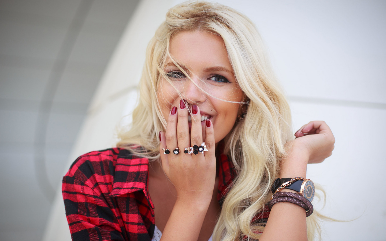 http://img2.goodfon.ru/original/1440x900/8/ce/devushka-volosy-blondinka-lico-5830.jpg