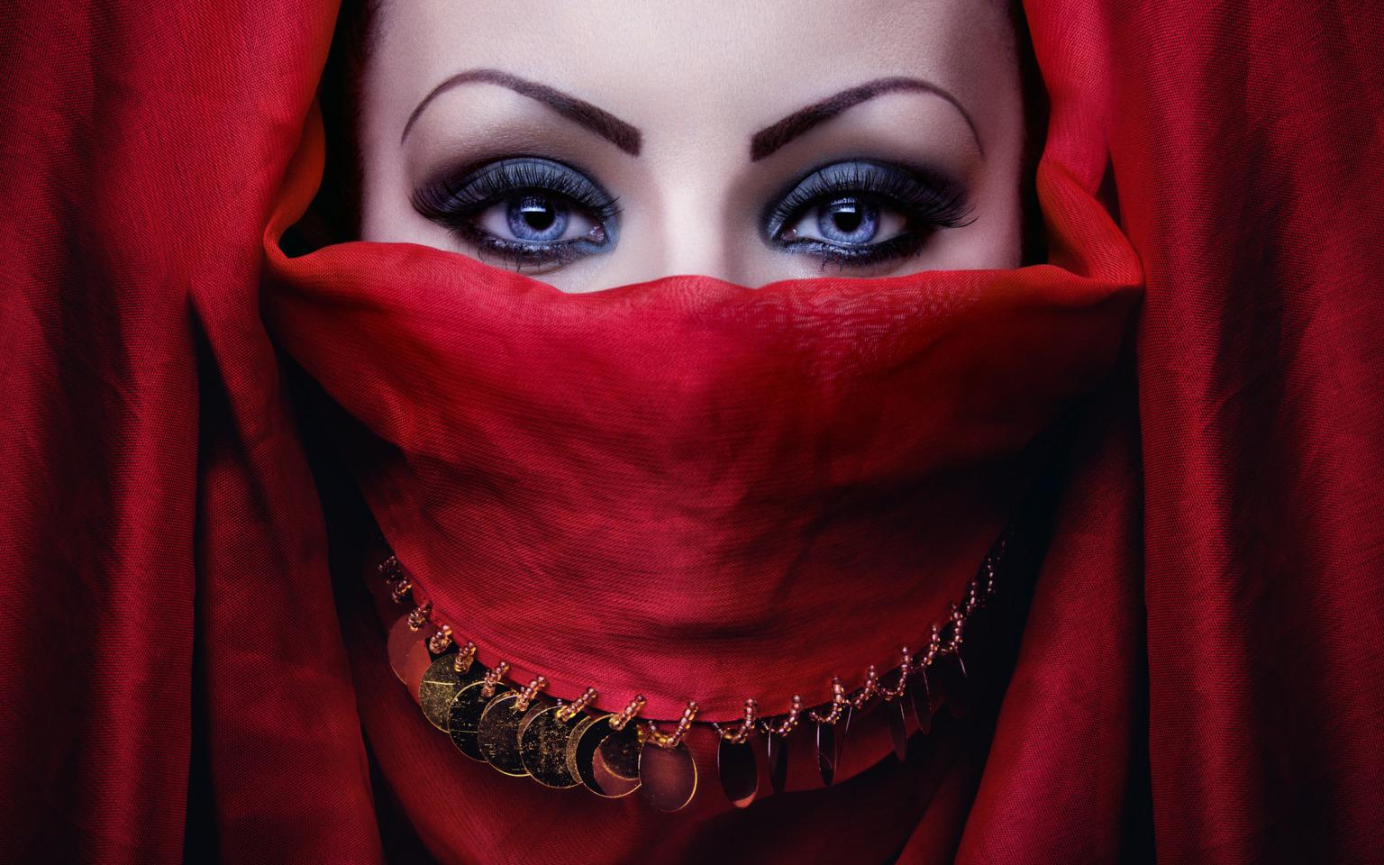 Девушки с арабским макияжем