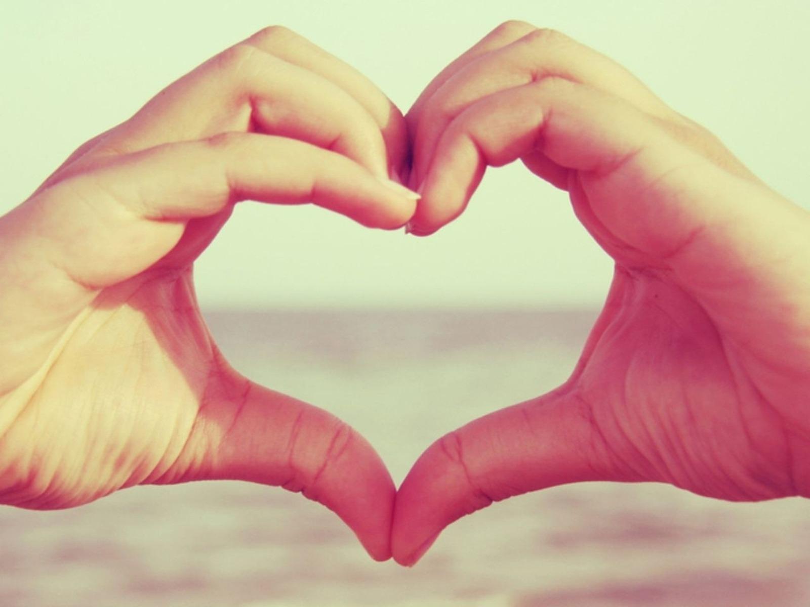 Открытки своими, картинки с сердцем в руках и надписью