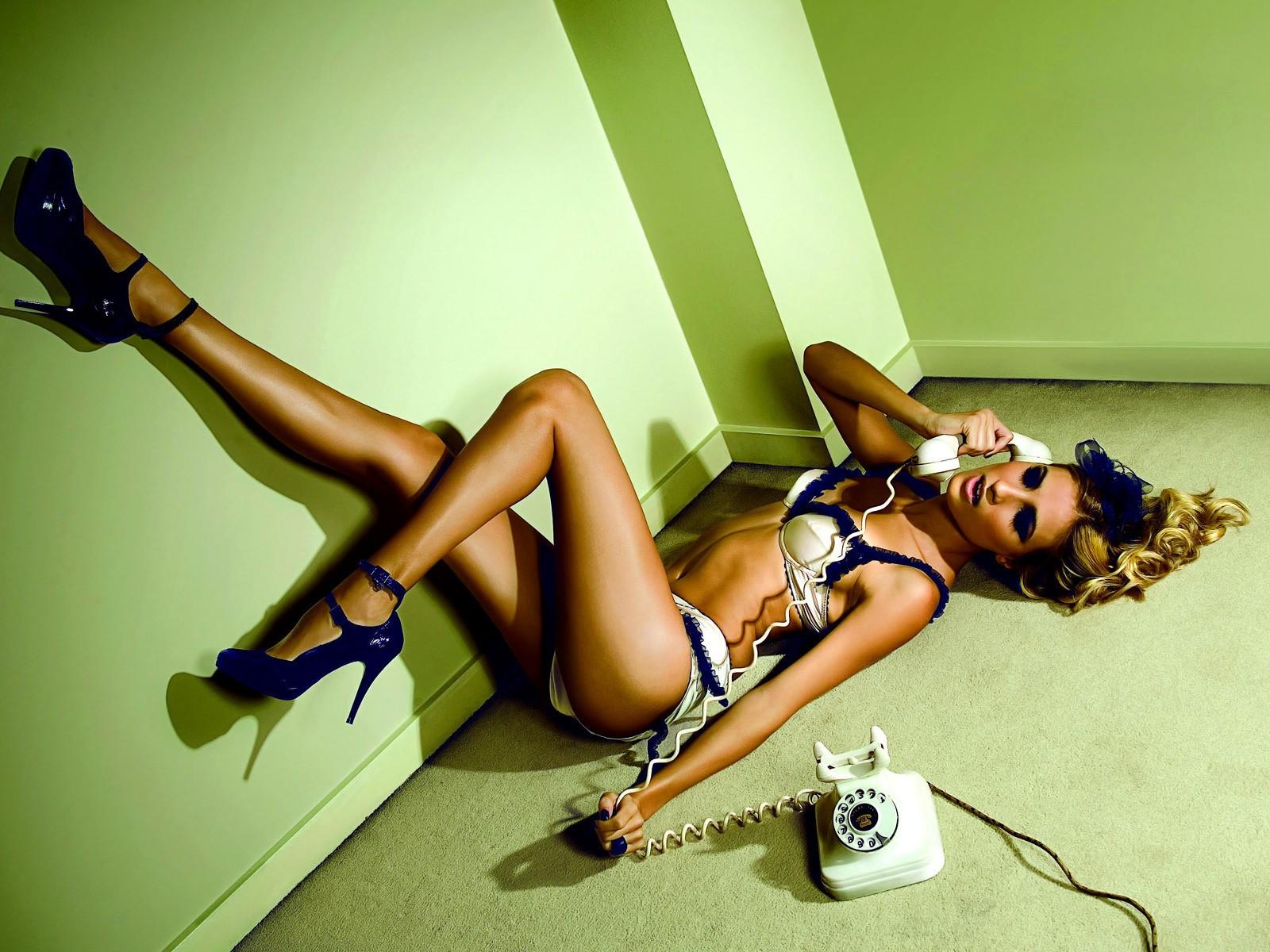 Дрочит голая женщина с телефонной трубкой корней