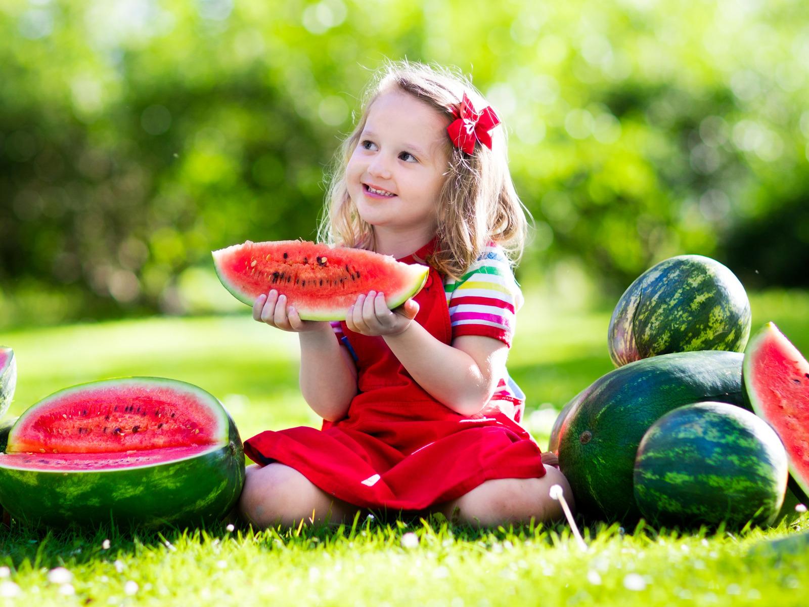 Картинка ребенок ест арбуз