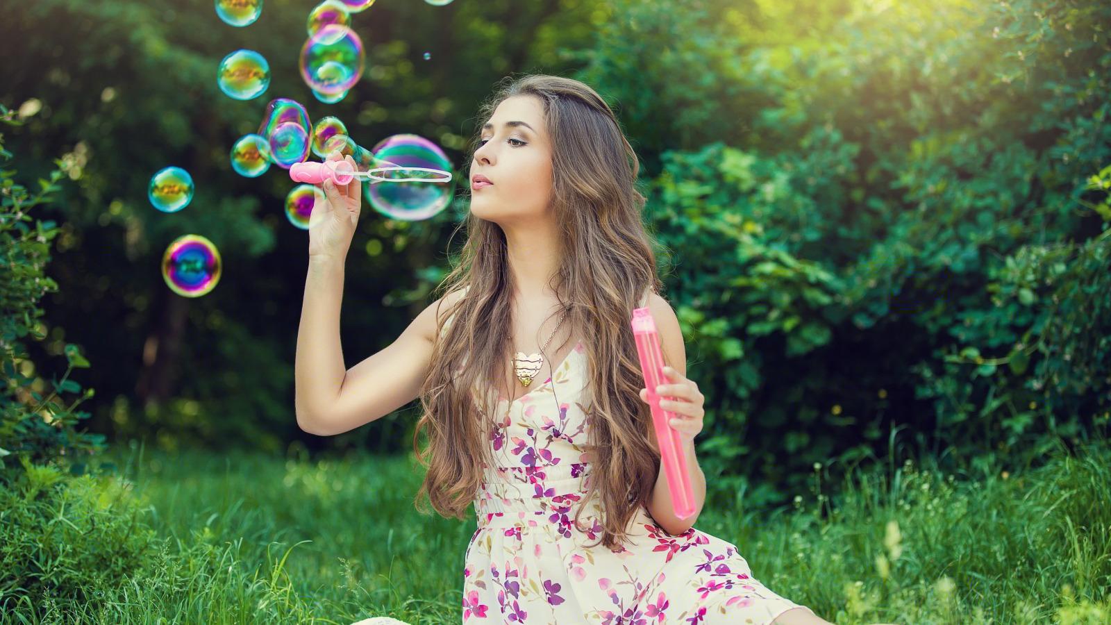 милая девочка с мыльными пузырями  № 1823148 загрузить