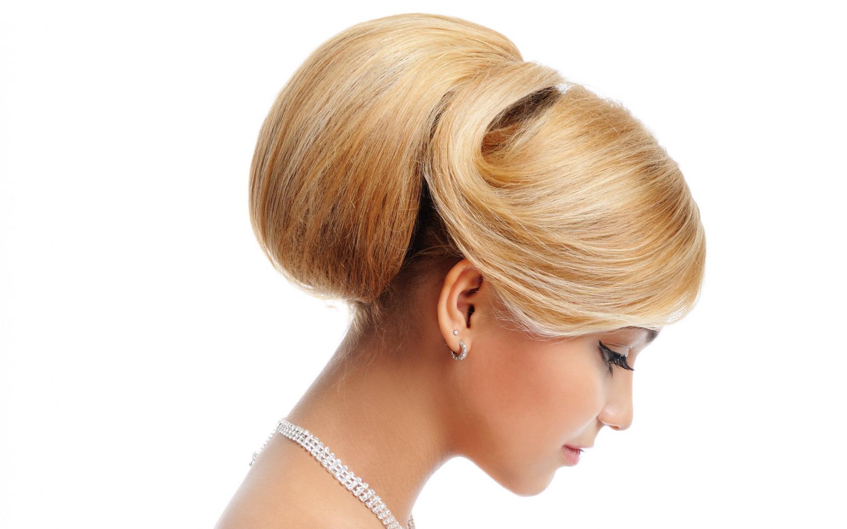 Элегантная прическа для блондинки