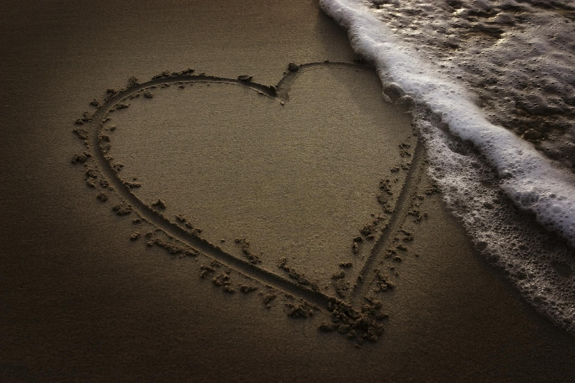 2011 надпись на песке возле волн  № 3342174  скачать