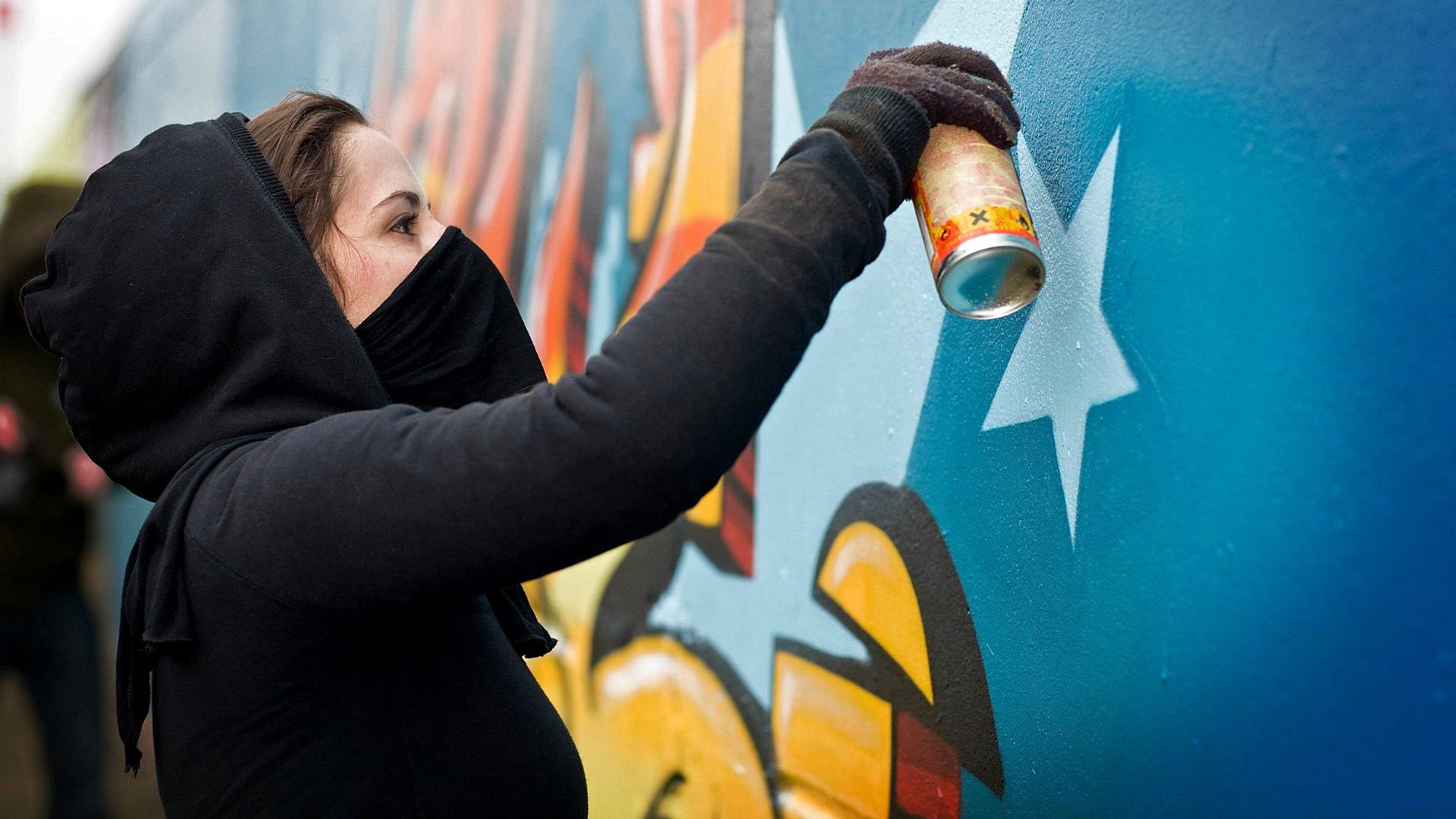 Больше всего рисует граффити