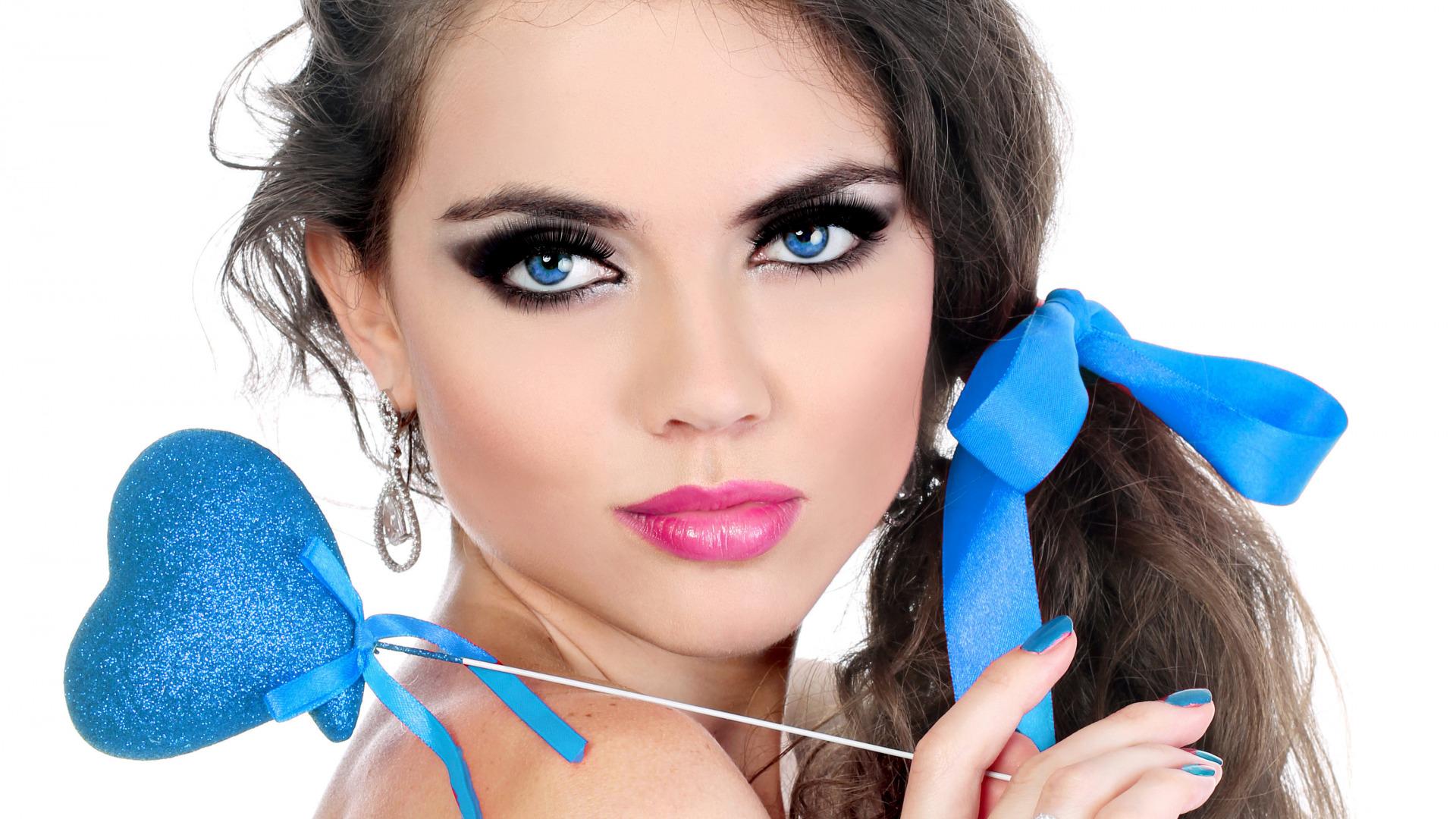 Красивые женщины с макияжем