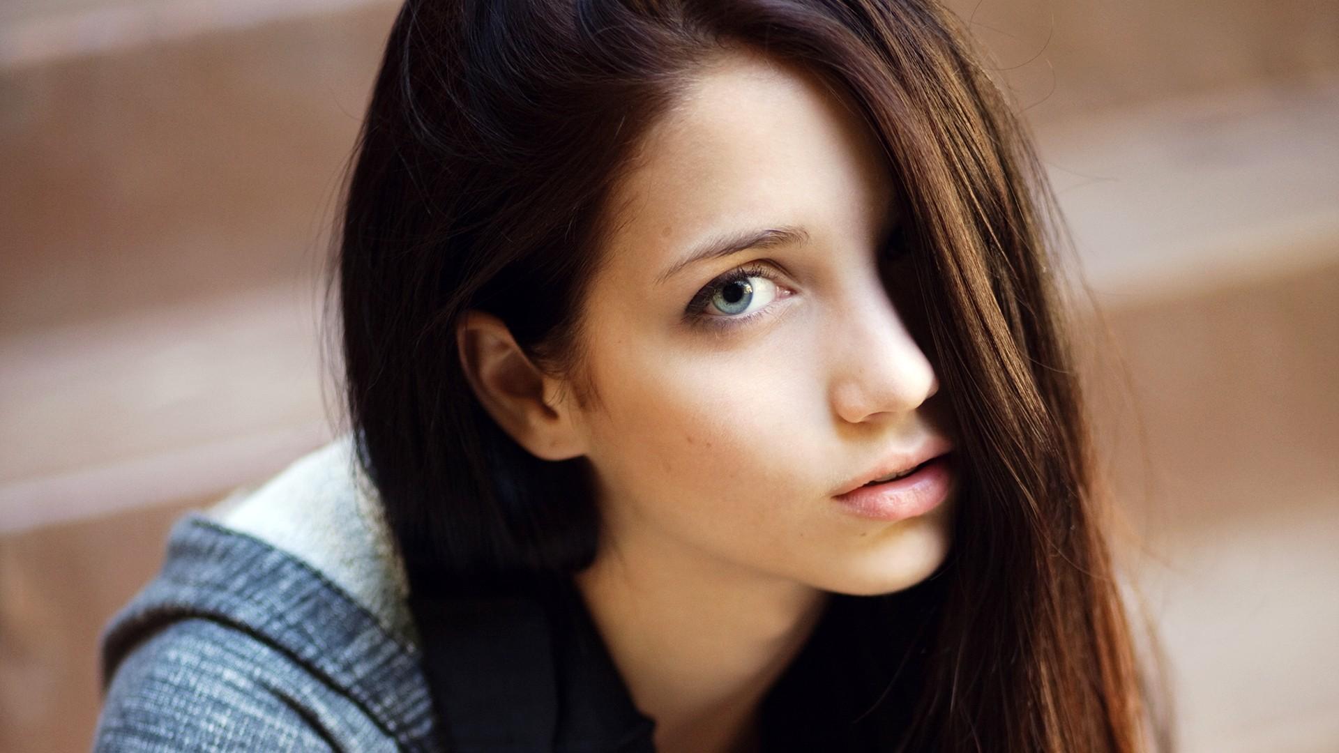 Фото одной и той же красивой девушки модели