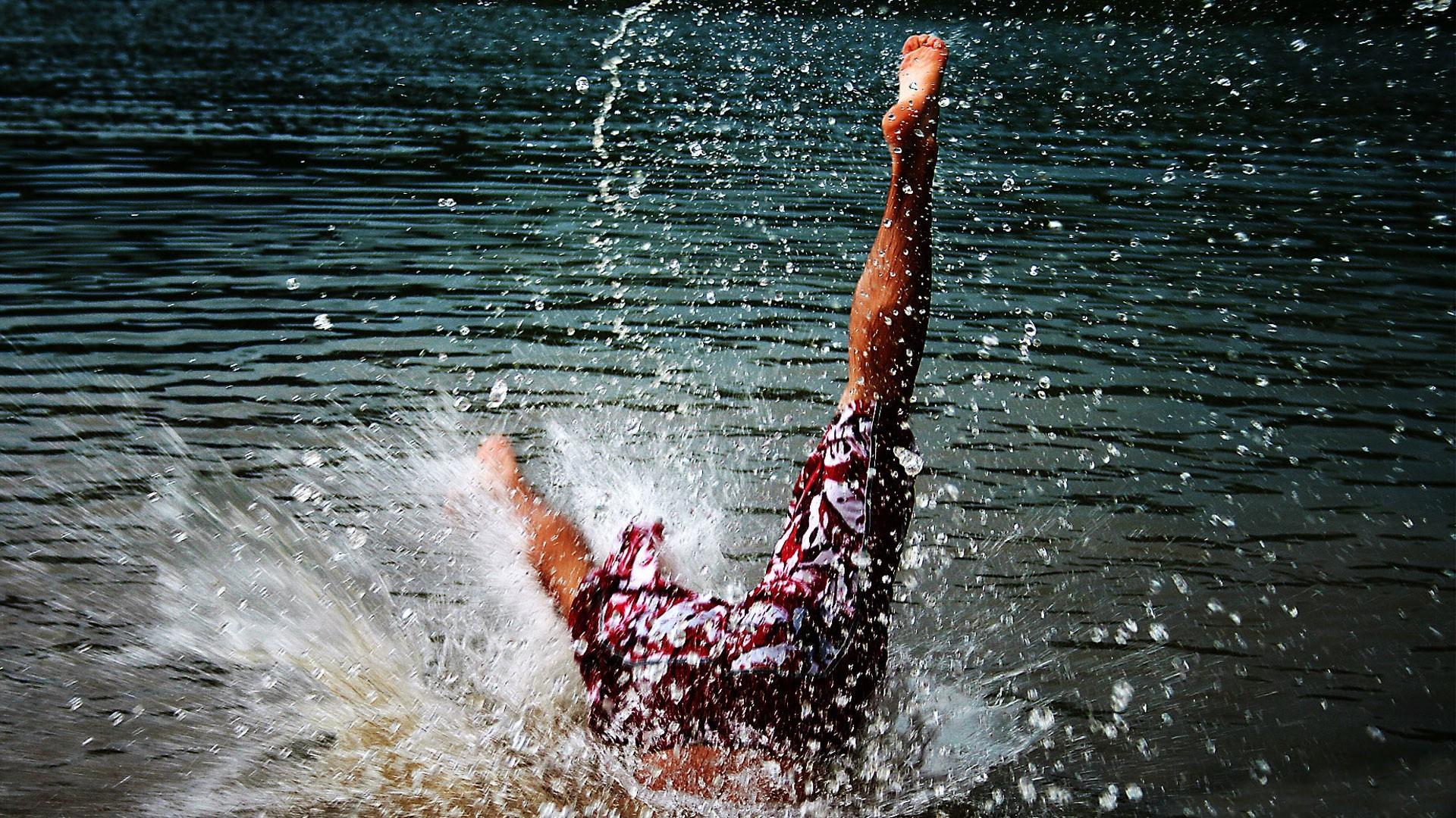 самом картинки где человек в воде надеть юбку она