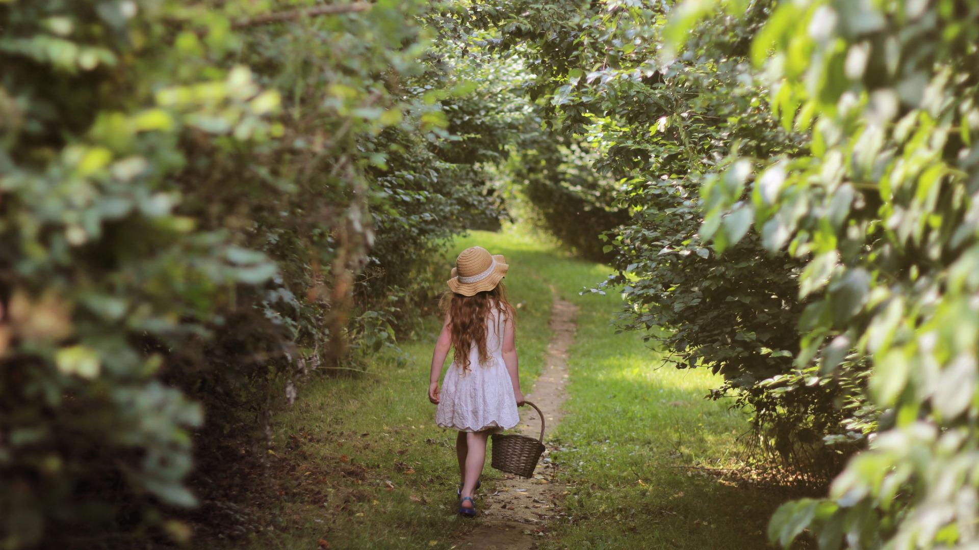 Девушка гуляет по лесу, парни дрочат до спермы