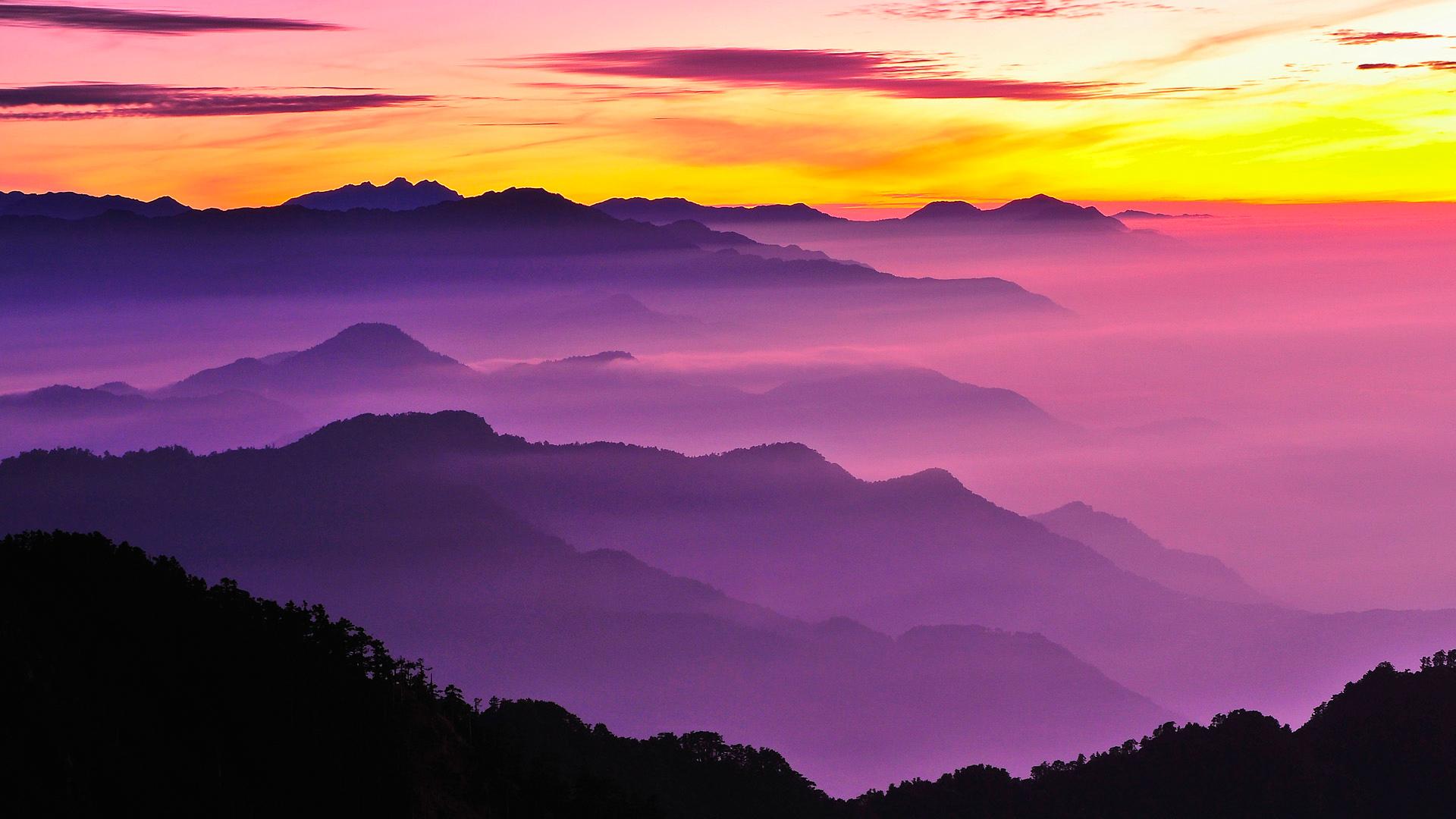 дымящие горы над закатом  № 2289065 бесплатно