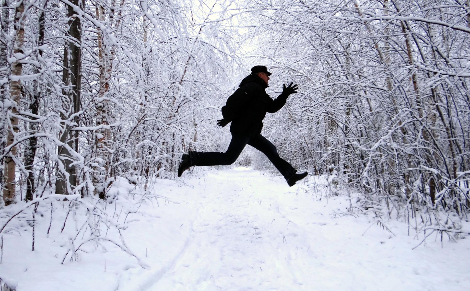 фото мужчина зимой в лесу амстердаму необходим как