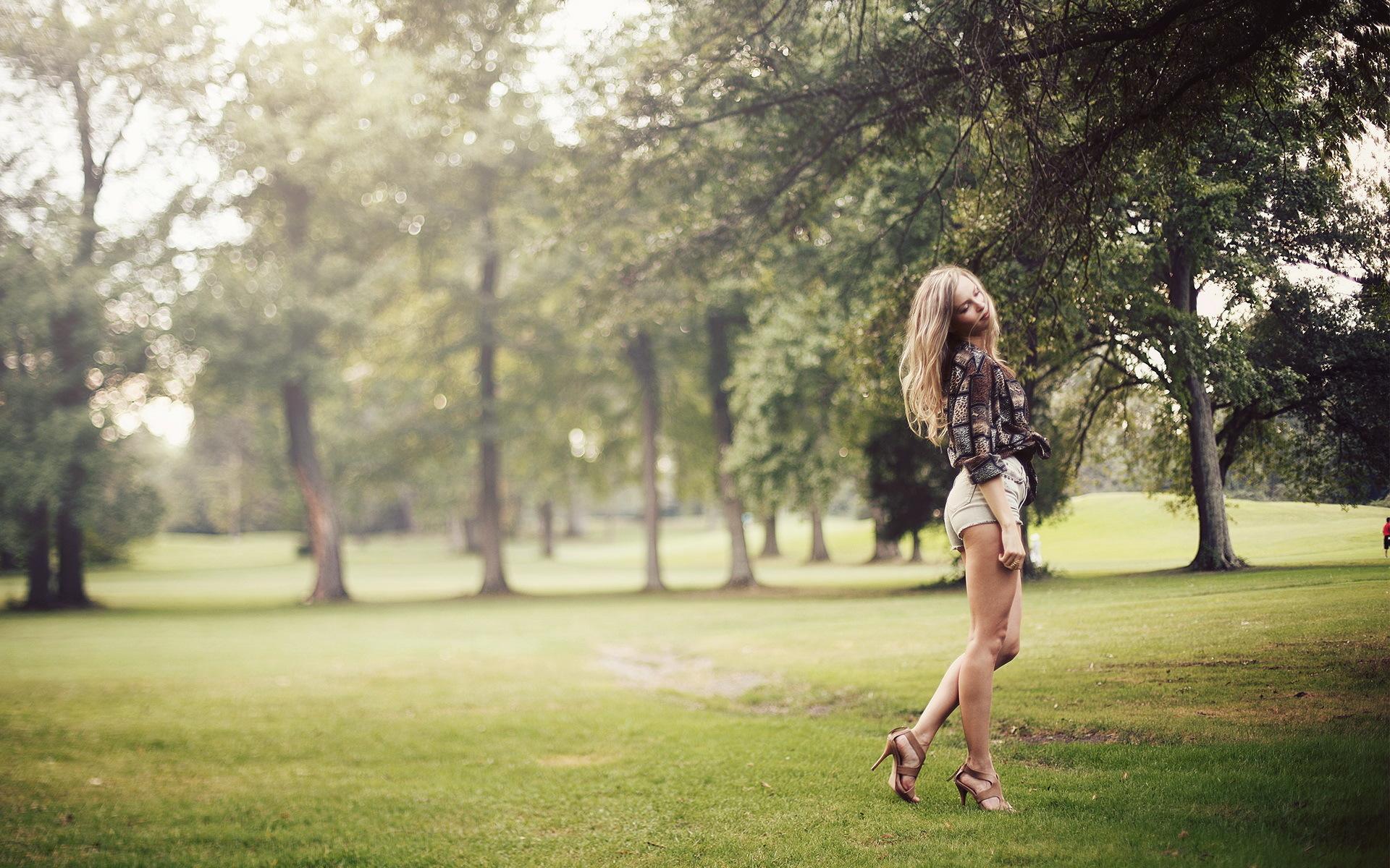 Позы для фотосессии девушки на улице летом фото