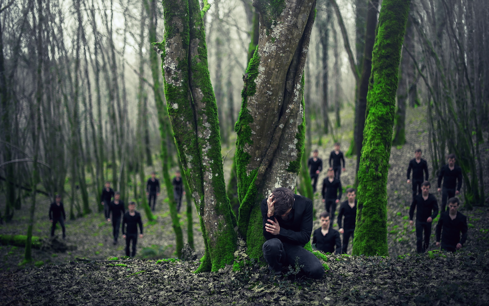 Парня в лесу фото 564-695