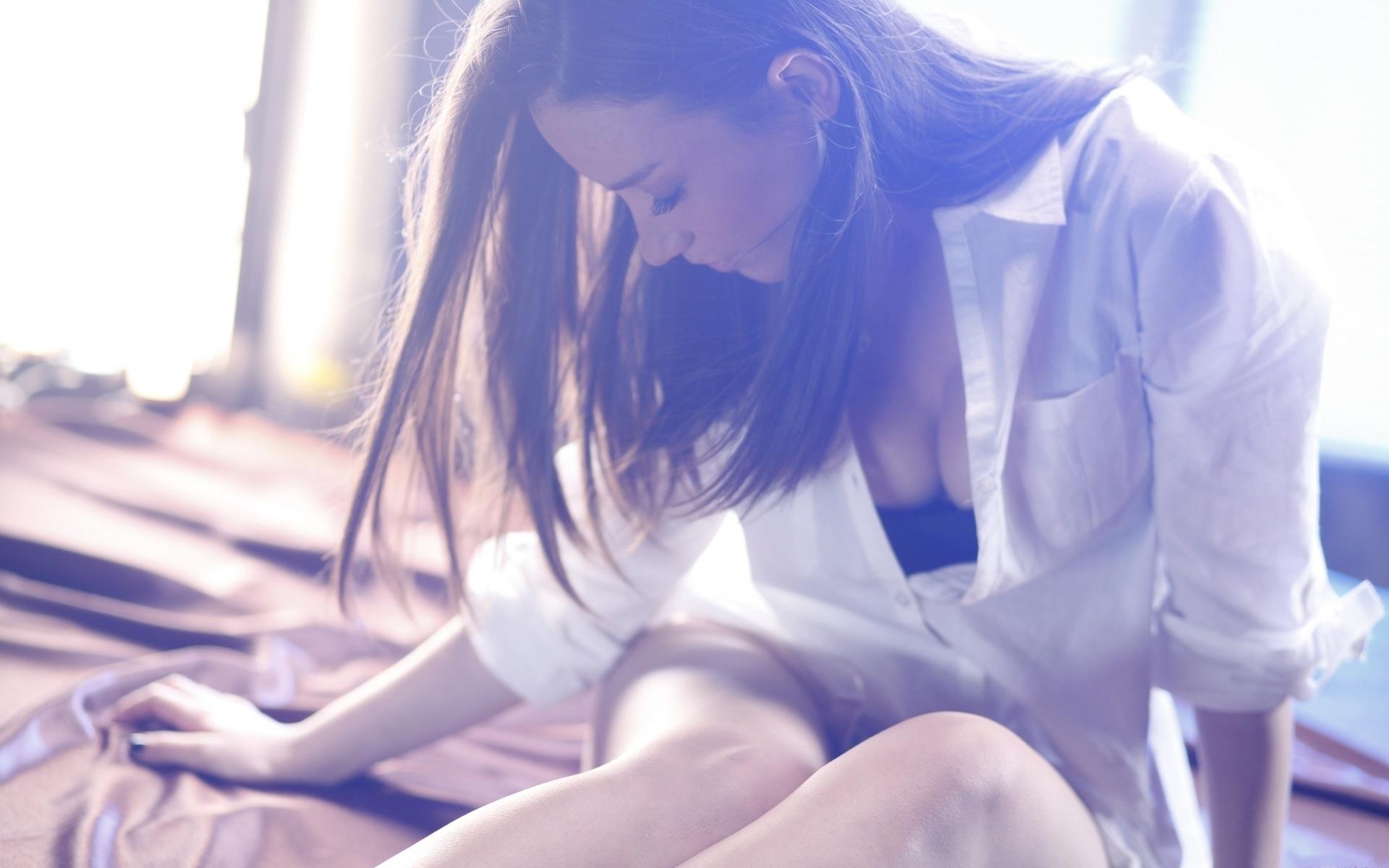 Фото девушек брюнеток в белых рубашках