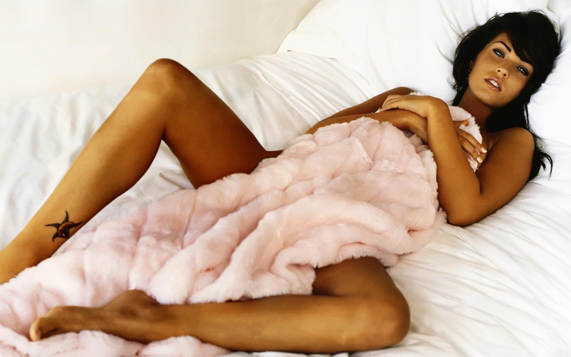 Картинки по запросу девушки в кровати
