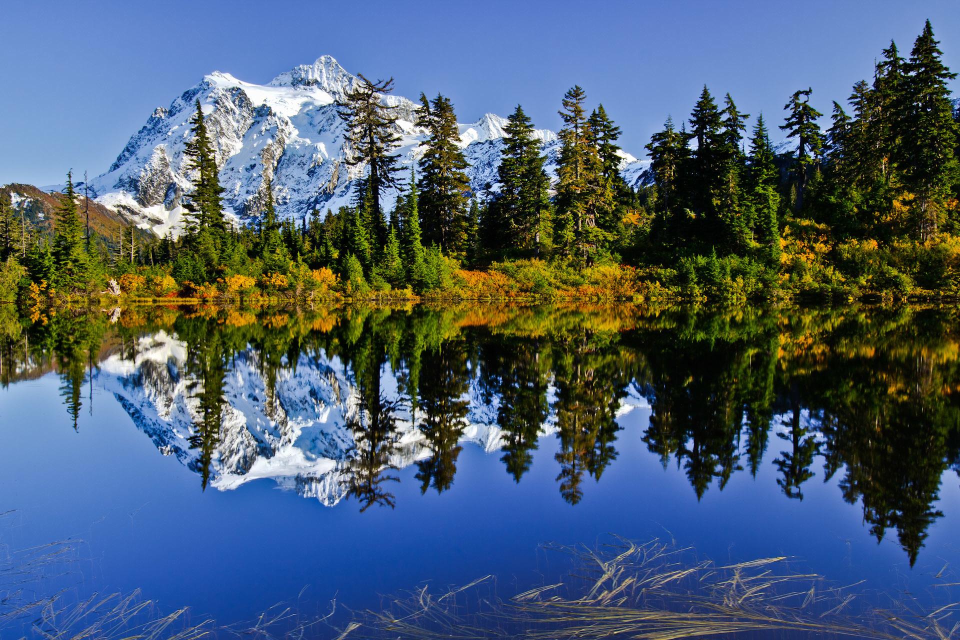 горы озеро деревья небо  № 3234919 бесплатно