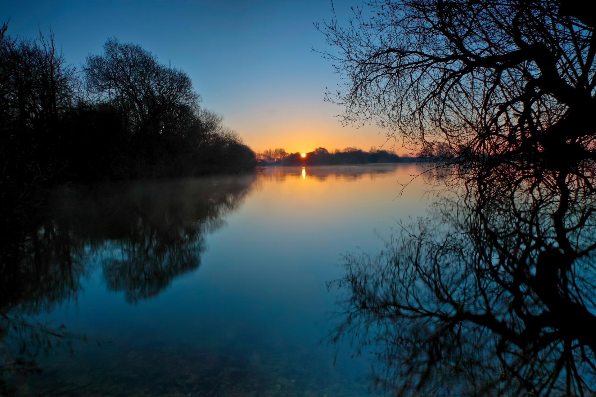 Темный закат над озером  № 3213485  скачать