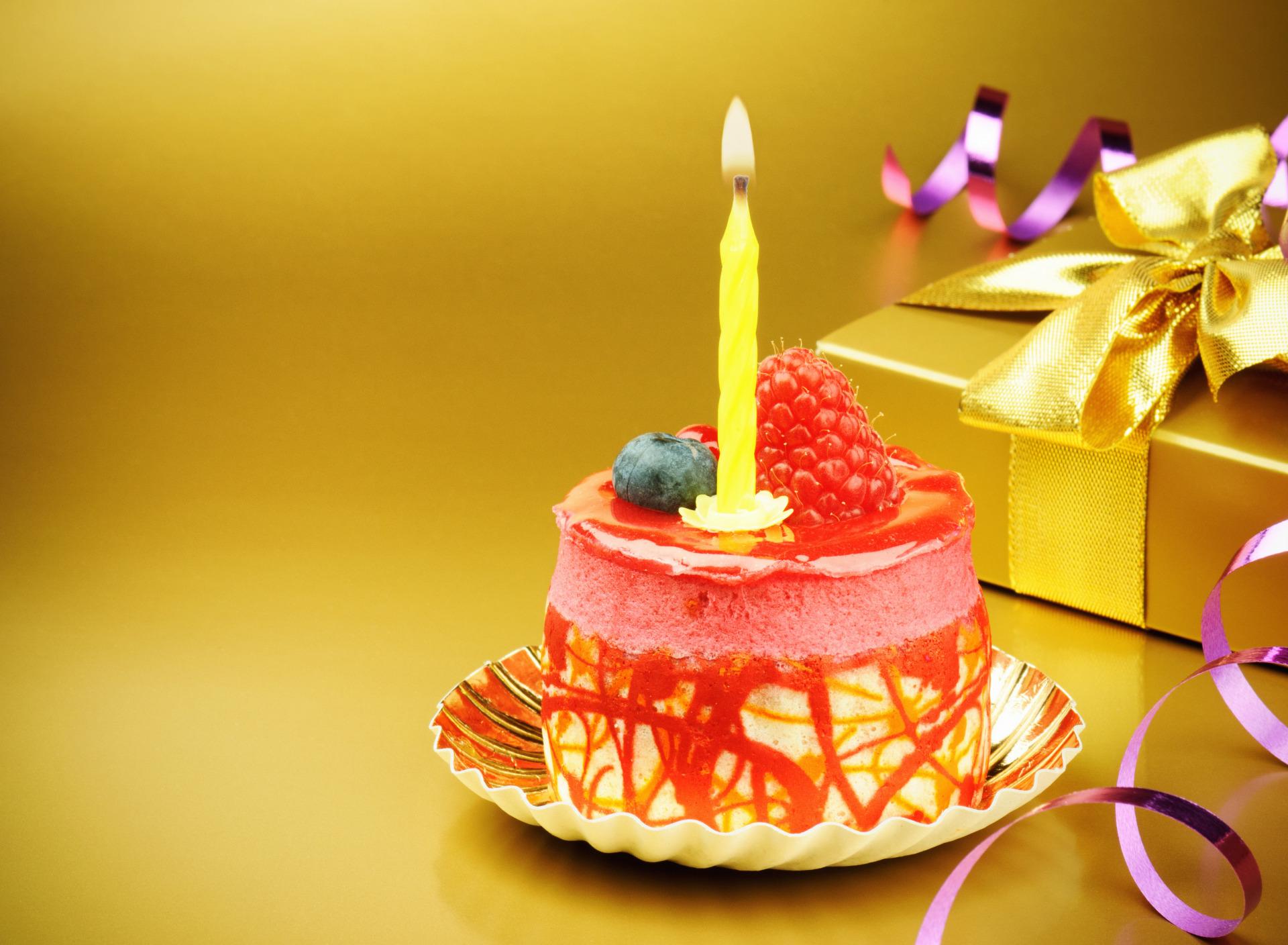 Кусок торта со свечей  № 2183955 бесплатно