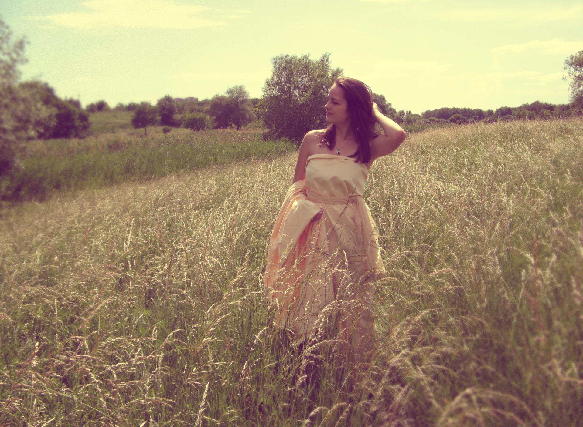 Серые картинки девушка на поле