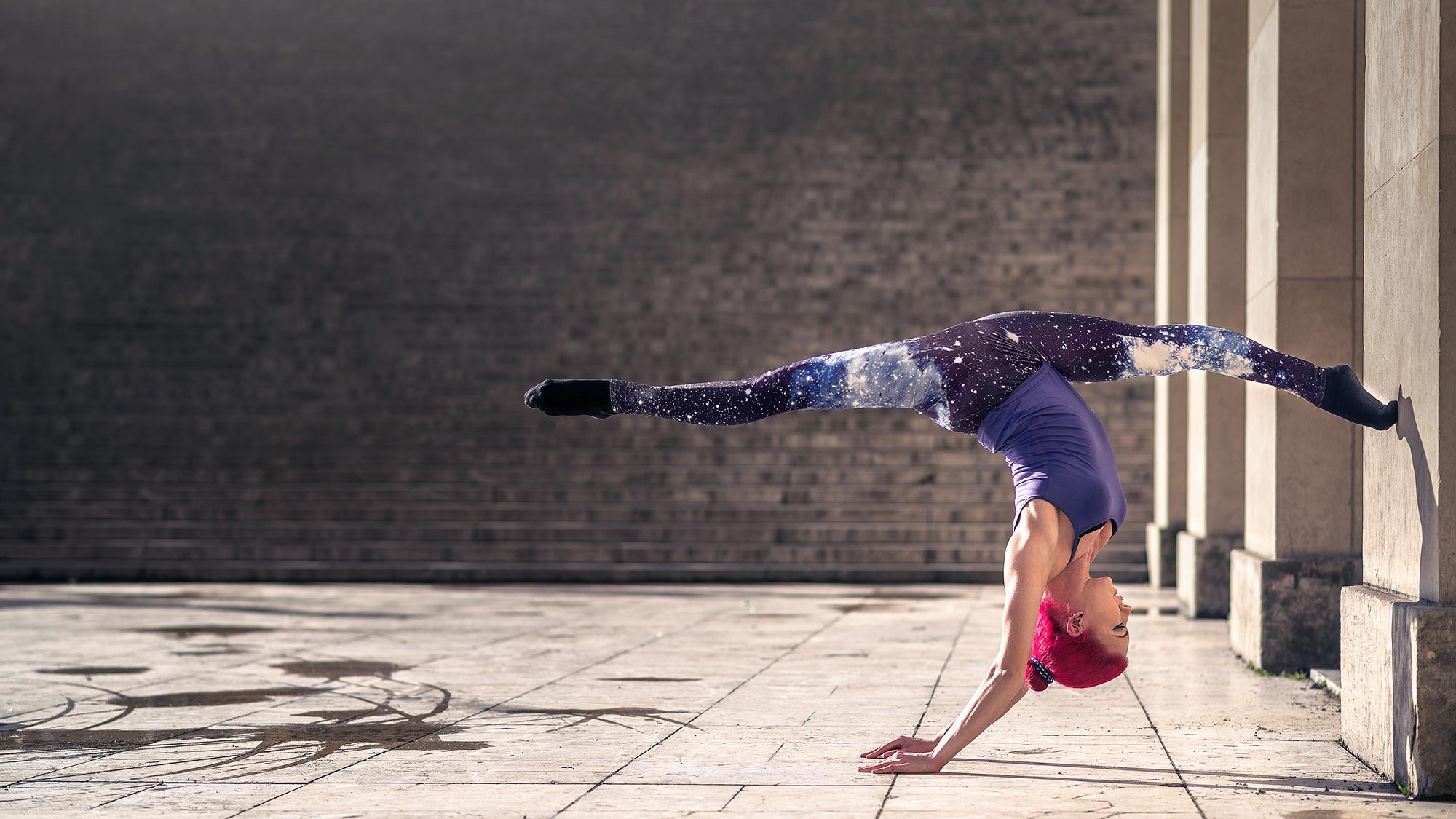 внесении гимнастки в широких майках видео для фотосессий, весёлая