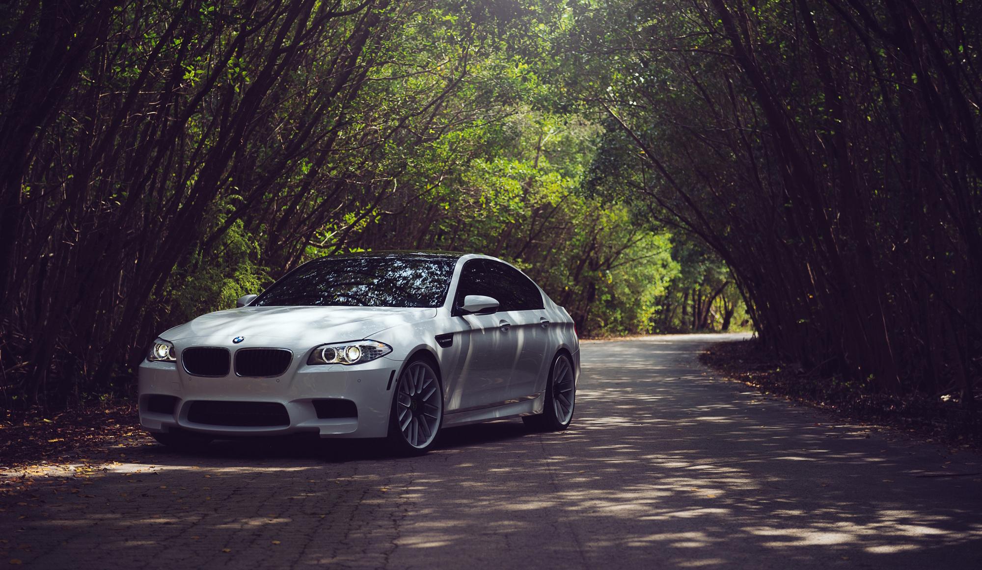 белый автомобиль bmw m5 f10  № 847707 без смс