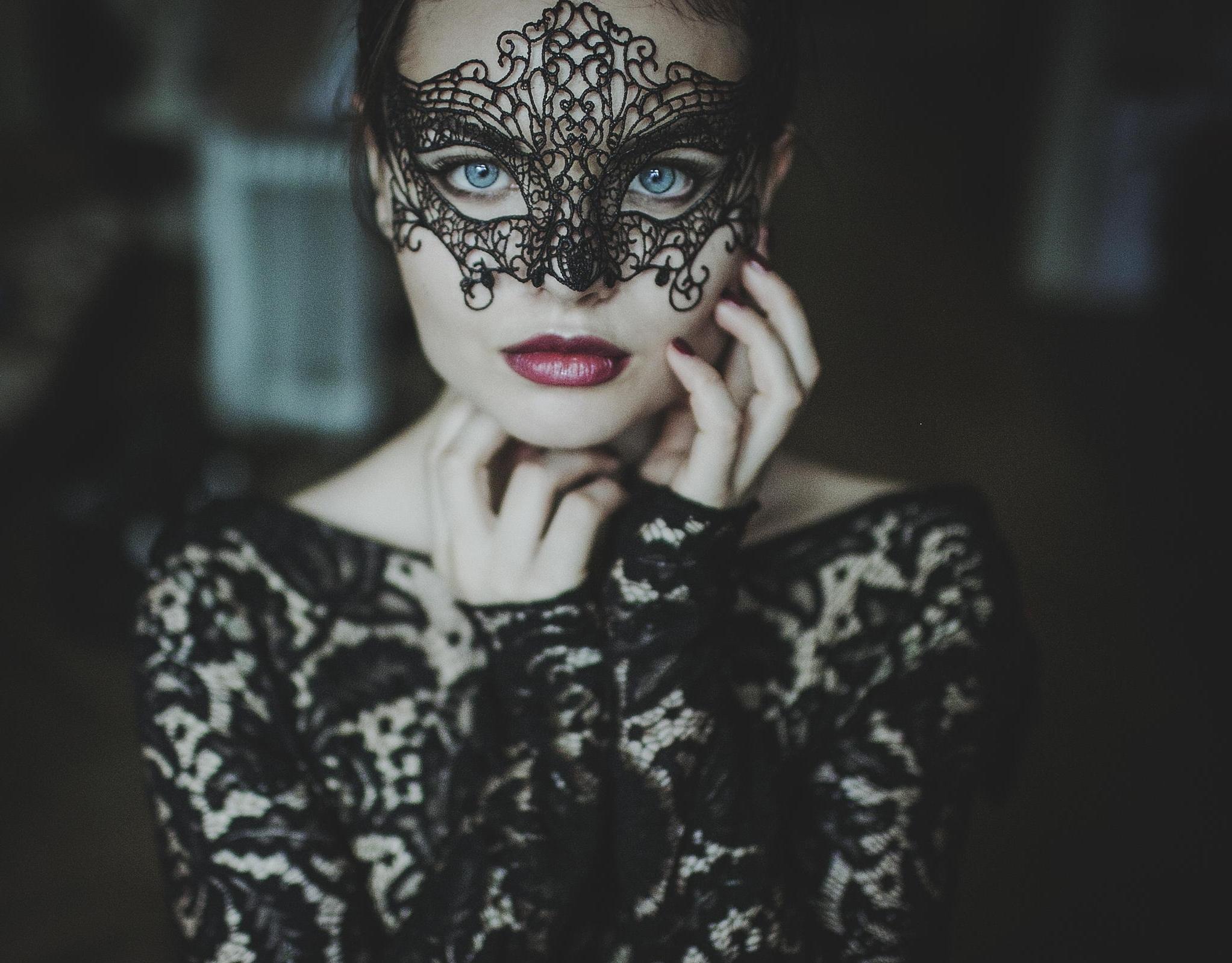обеспечит фотосессия в кружевных масках молнии или запахом