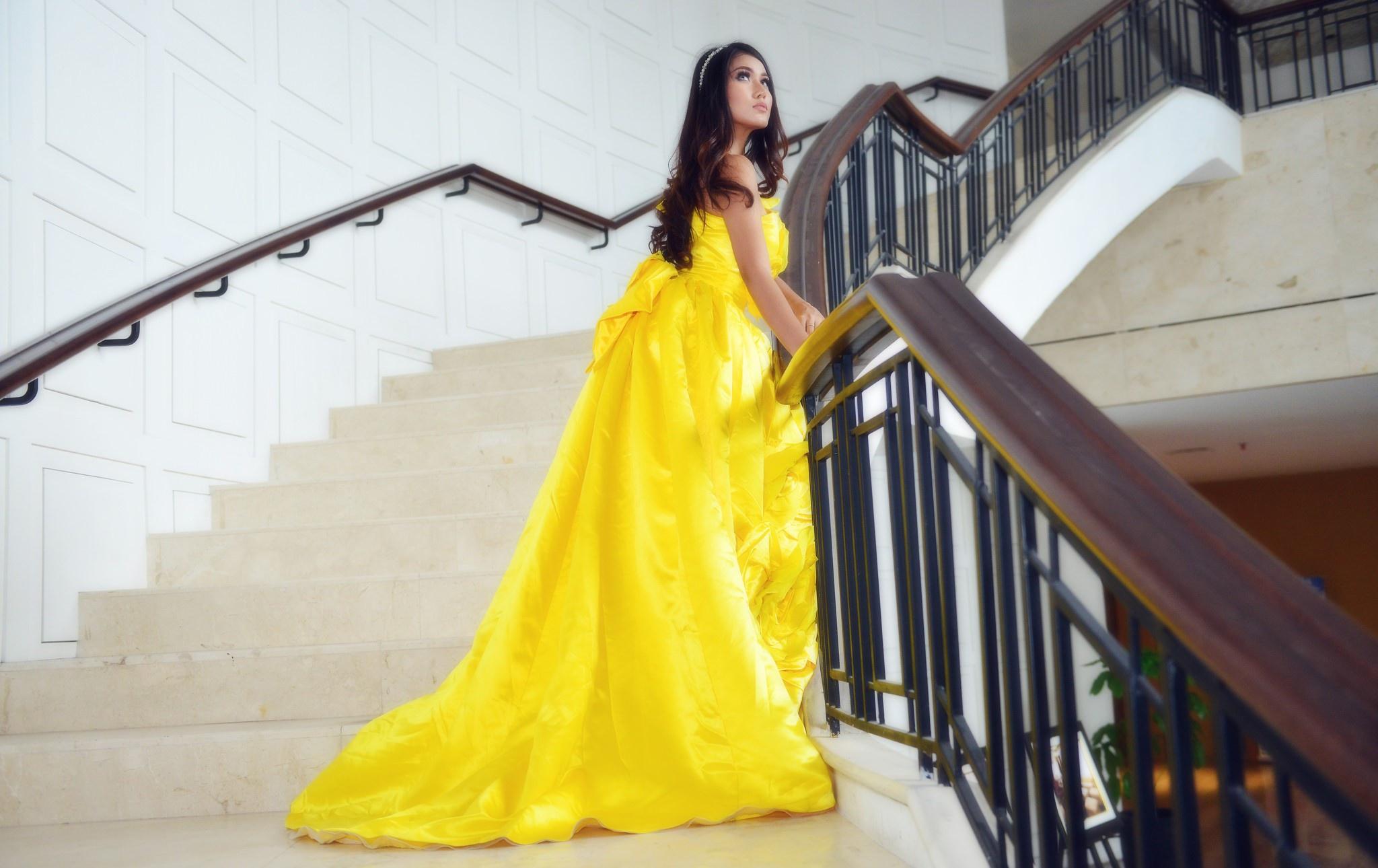 Красивые Девушки В Желтых Платьях
