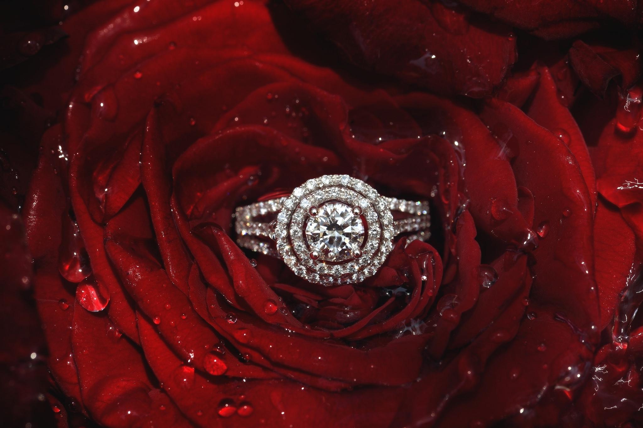 Кольцо с бриллиантом обои на стол