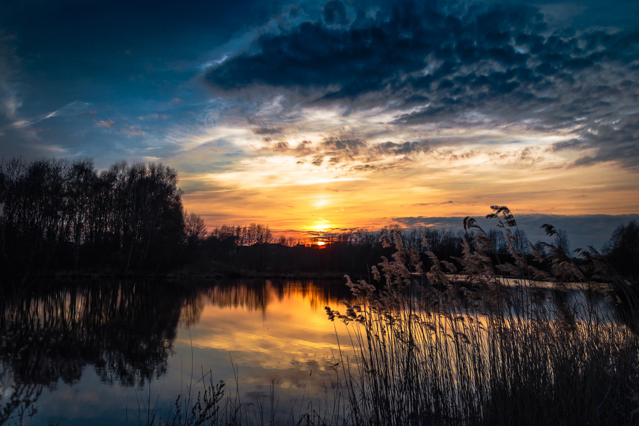 Темный закат над озером  № 3213457 загрузить
