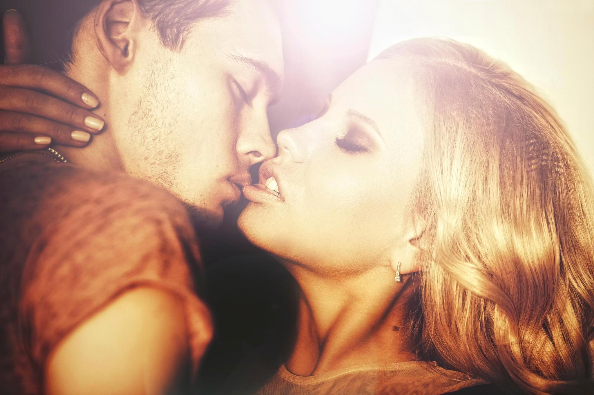 Страстный поцелуй блондинки фото 52-313
