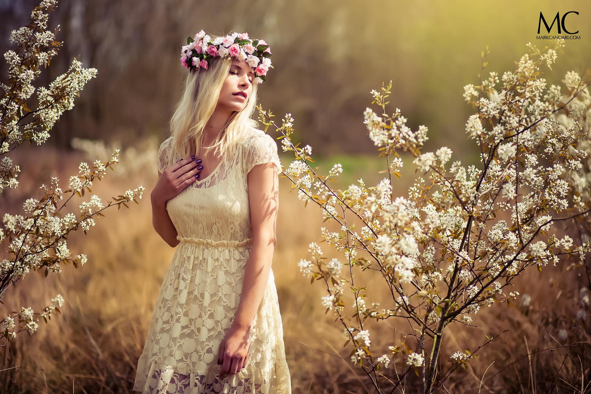 девушка книга природа блондинка белое платье  № 3832978 без смс