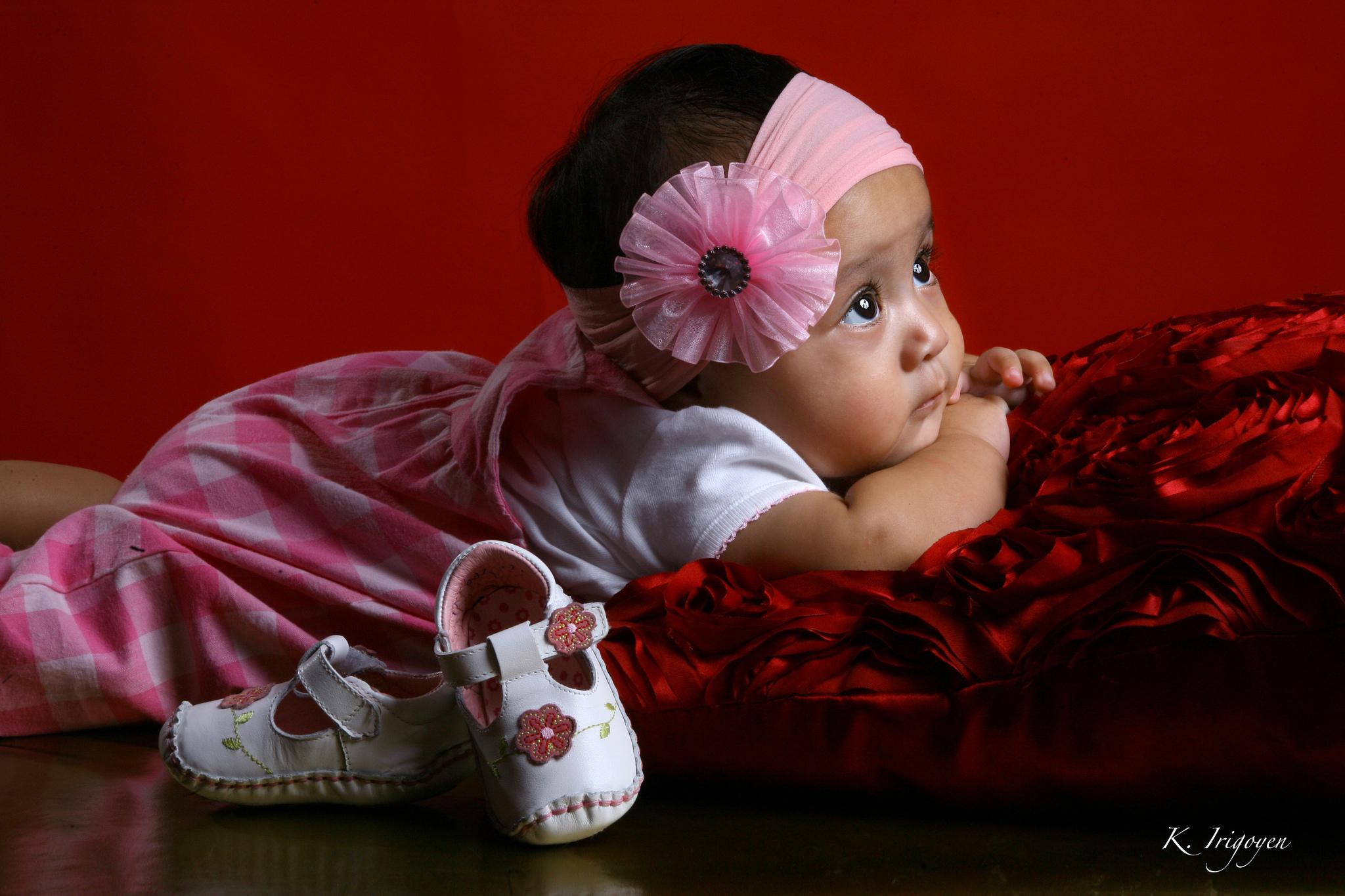 Картинка малышка девочка, диван картинки прикольные