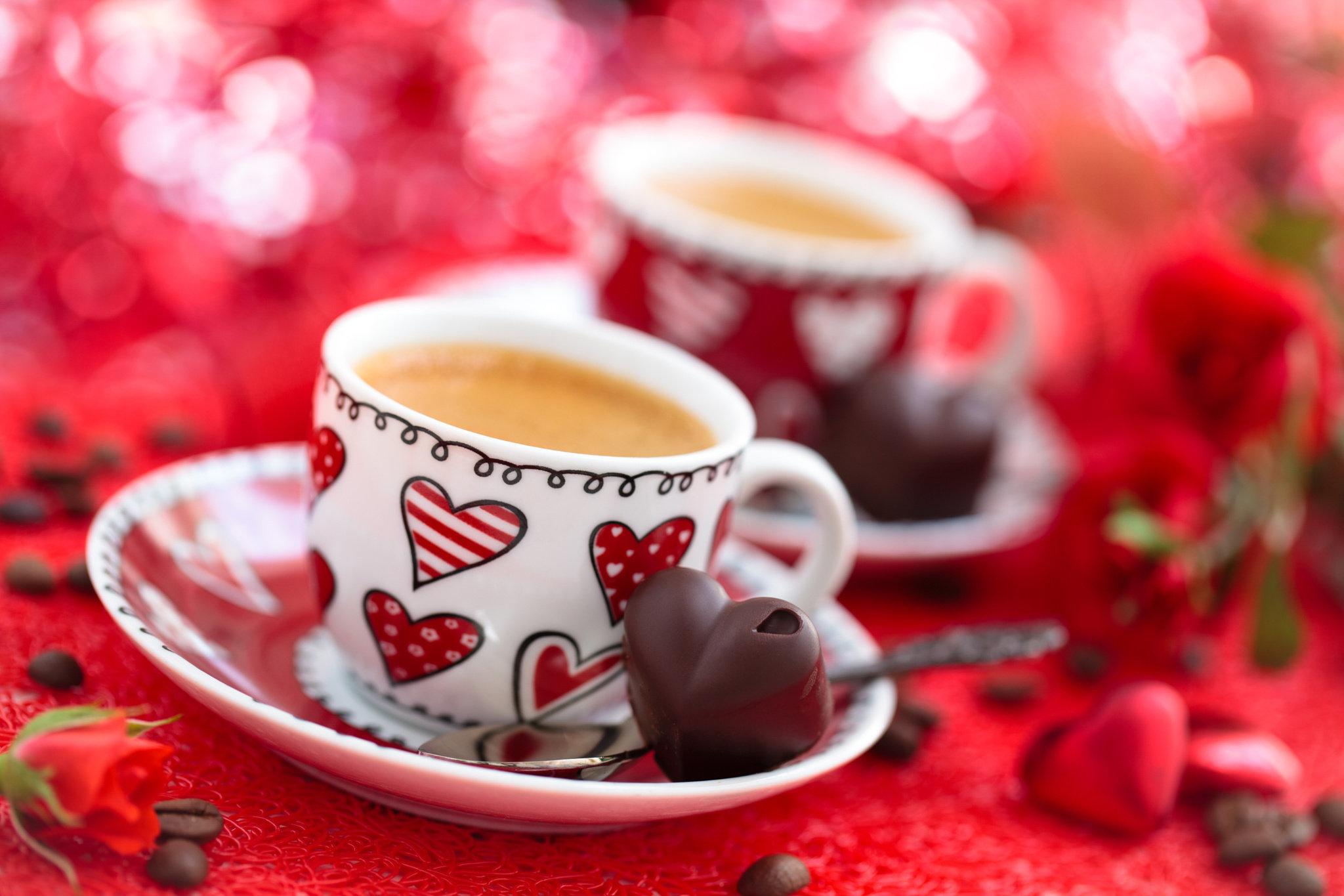 Две чашки кофе и цветы