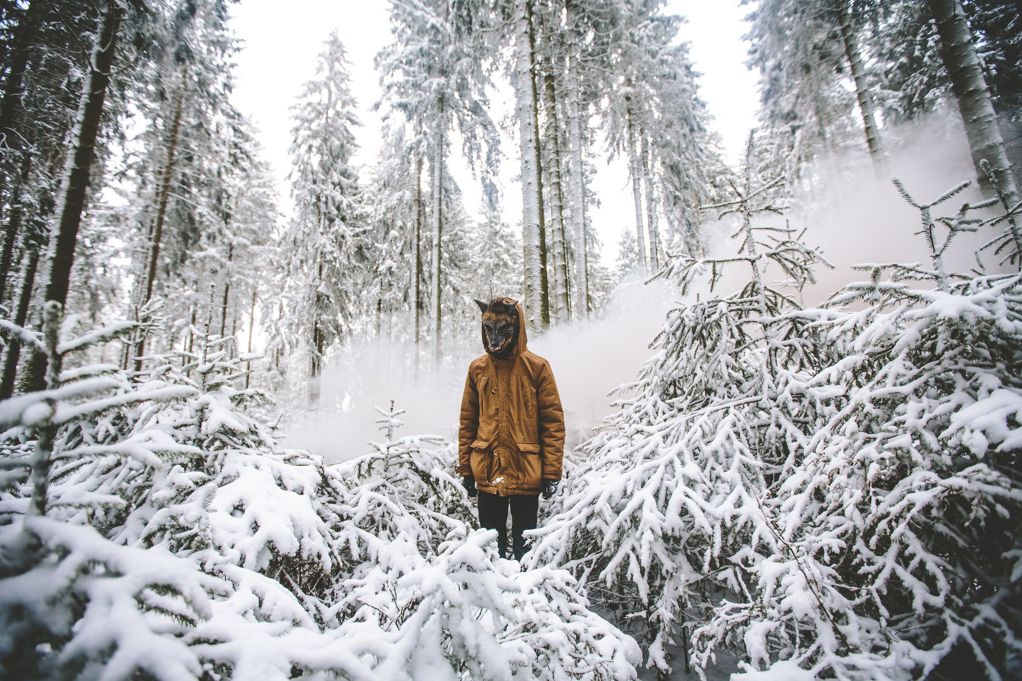 фото мужчина зимой в лесу этих