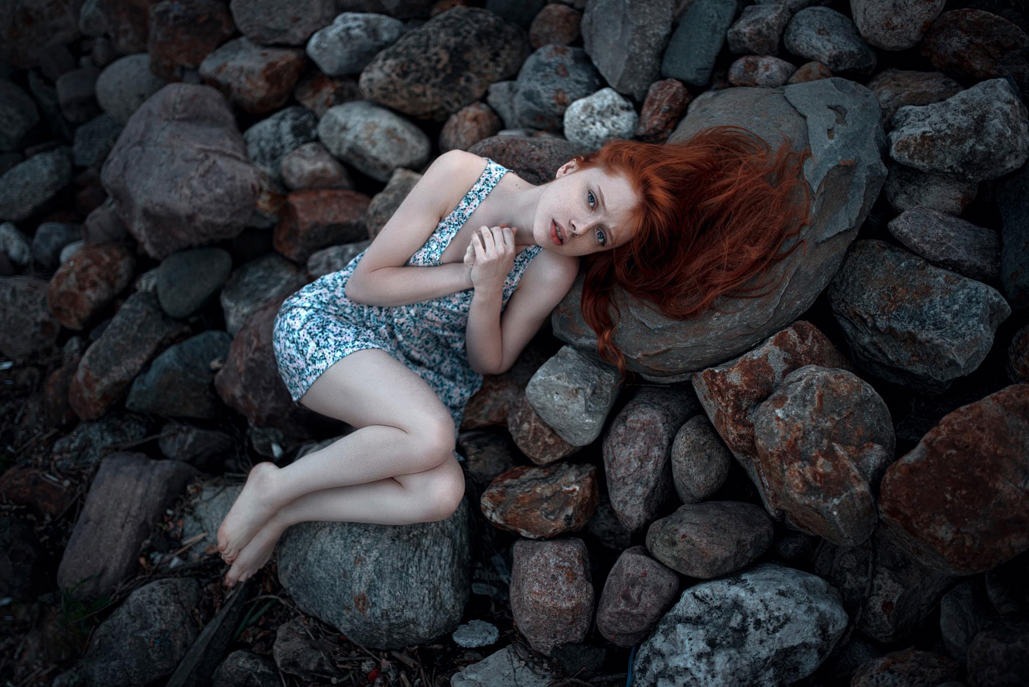 Смешные картинки девушки на камне, днем матери покровом
