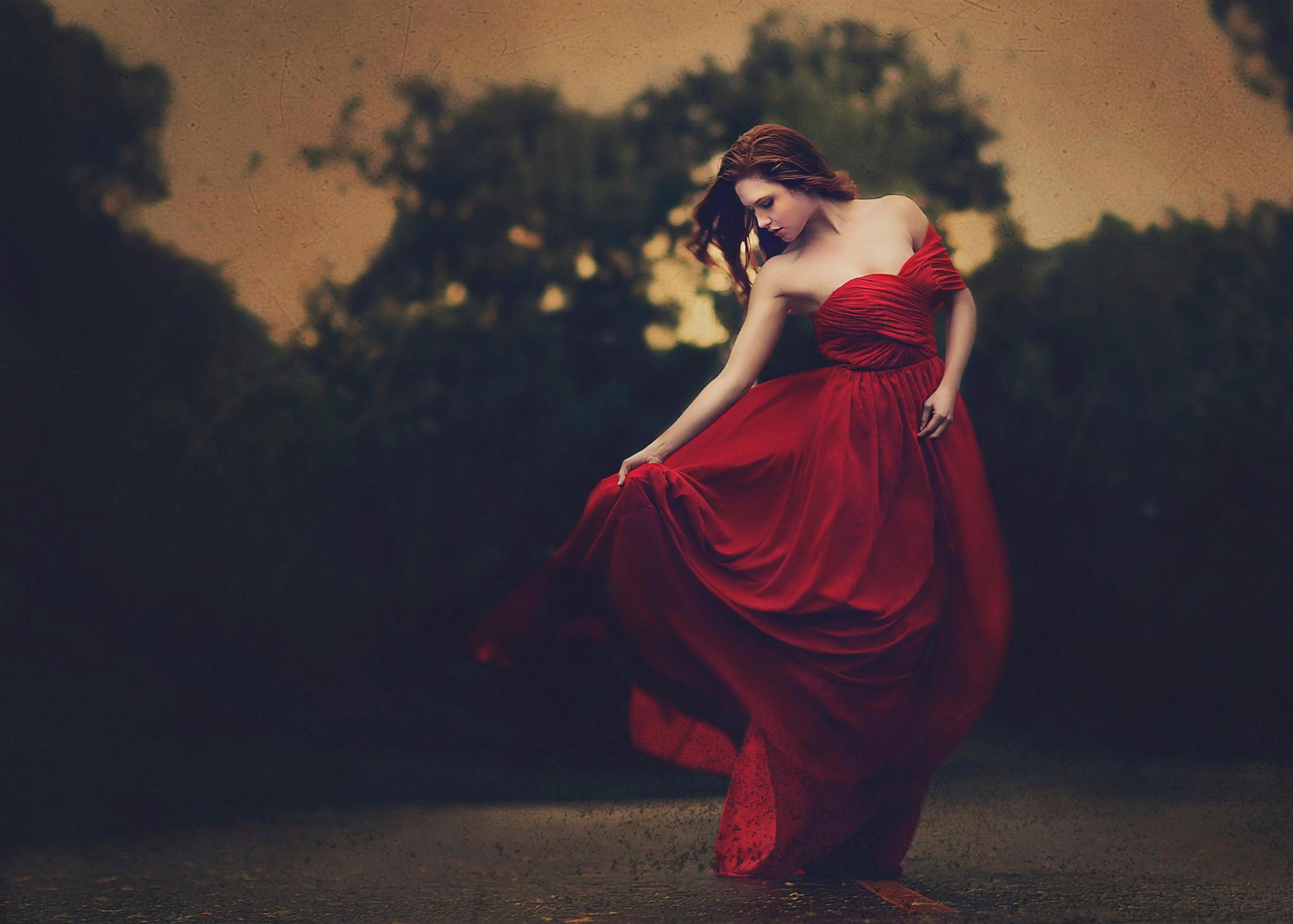 Девушка в красном на земле  № 2707603 загрузить