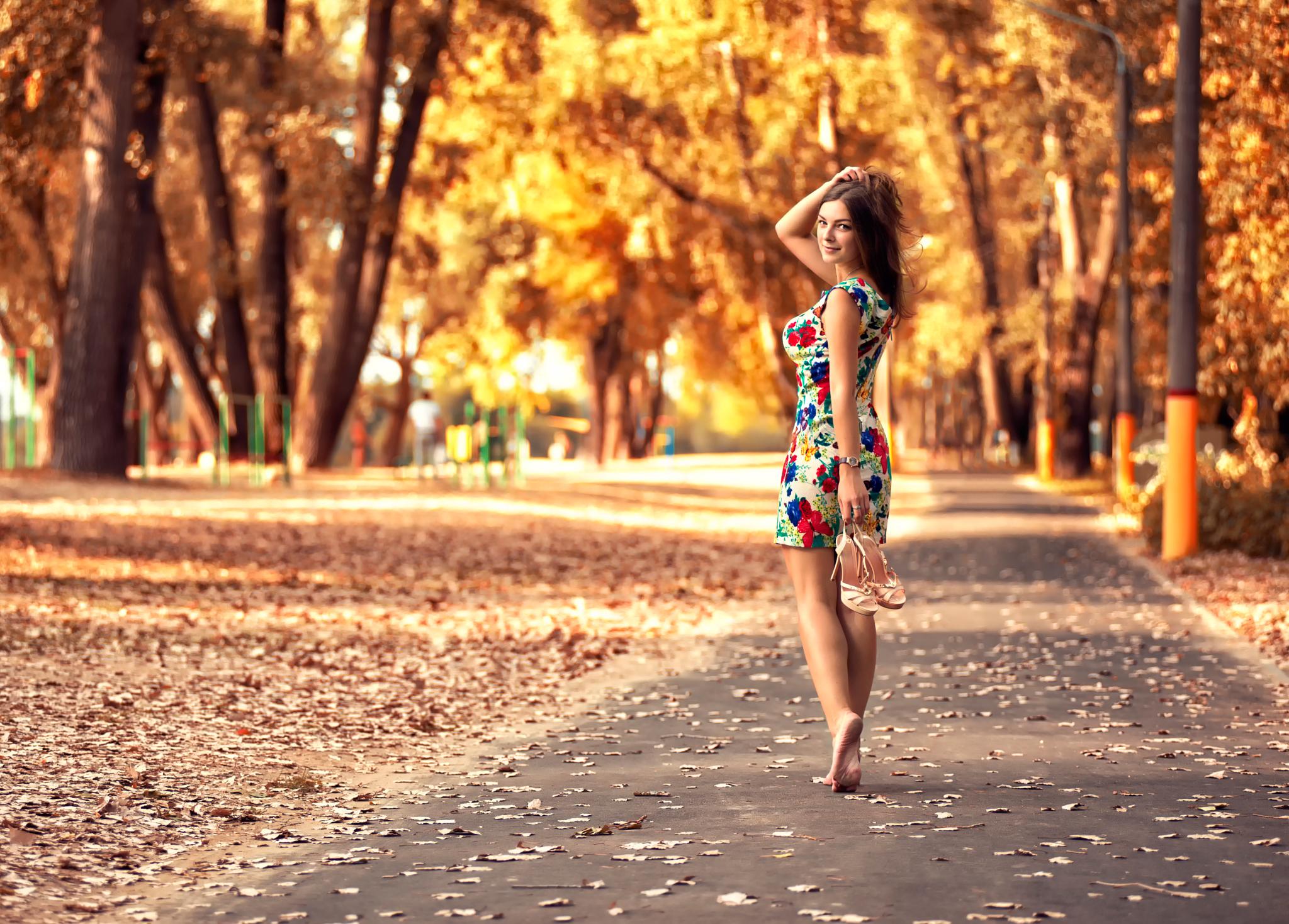 Девушка в платье ножки