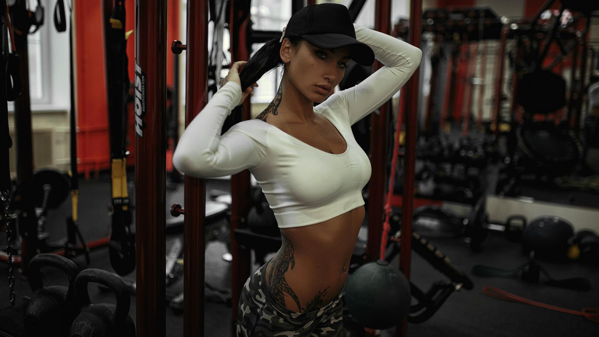 Красотка с фигурой в спортзале