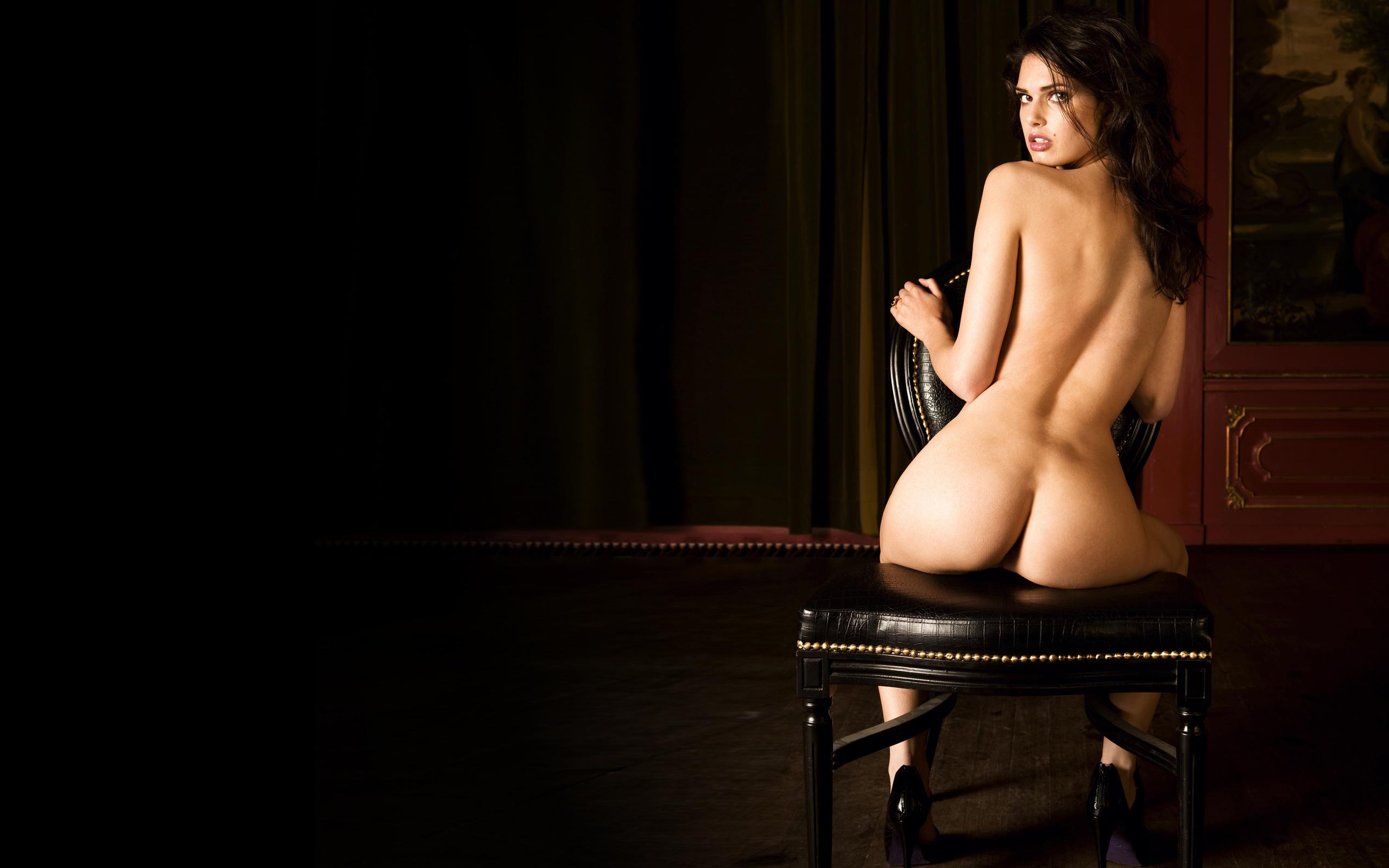 Женщина сидит голая