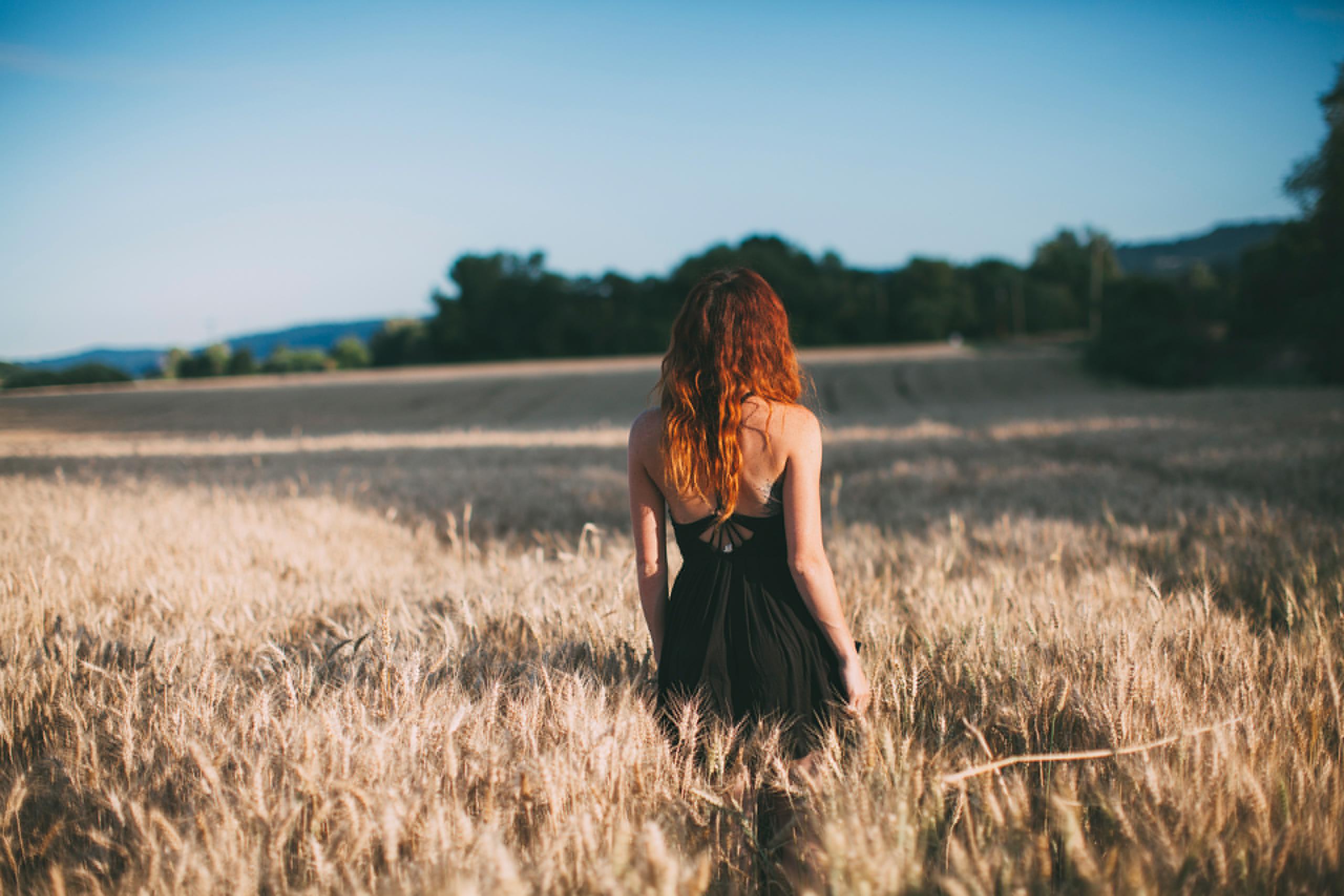 Девушка в поле с колосьями  № 1822152 бесплатно