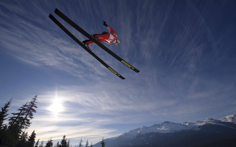 Лыжник прыжок горы небо  № 3308945 без смс