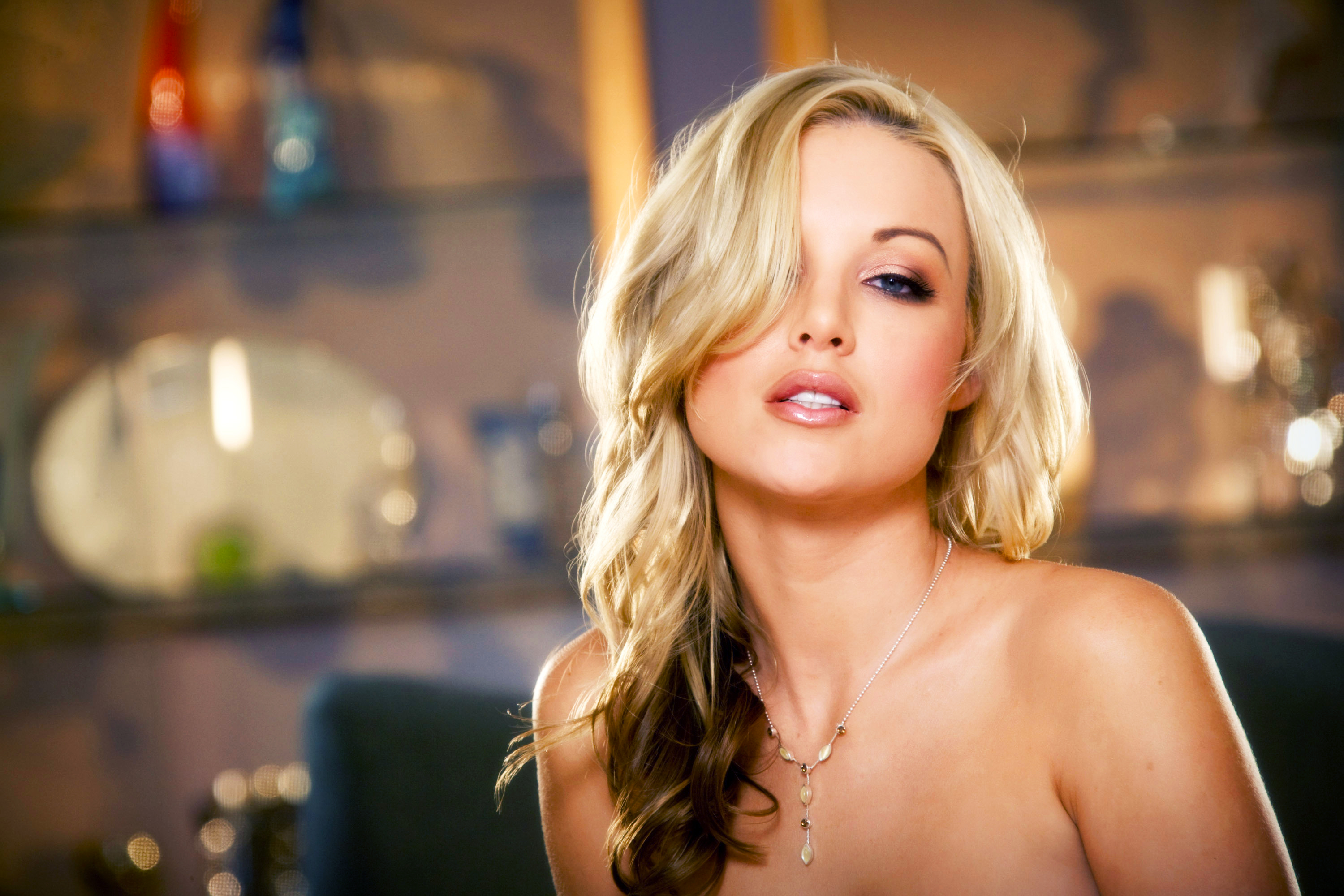 Amazingly beautiful blondes take part in astounding threesome scene  2216623