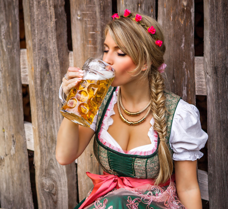 Обои для рабочего стола пиво девушка