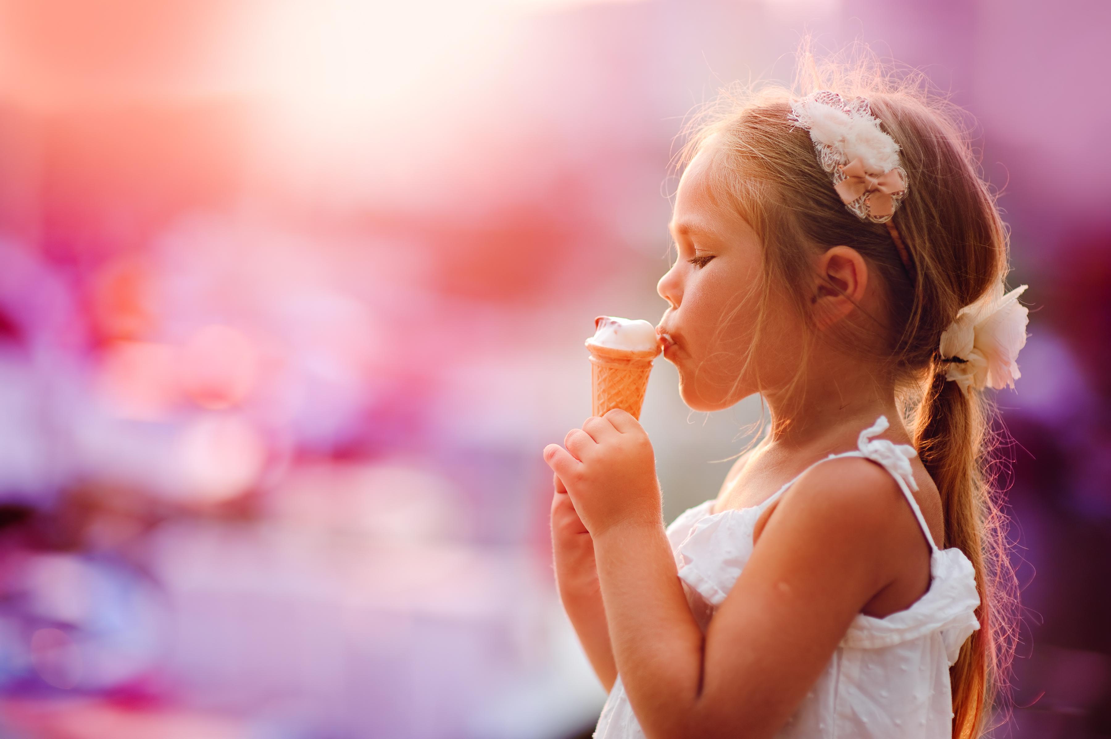 Картинка девочка с мороженым для детей