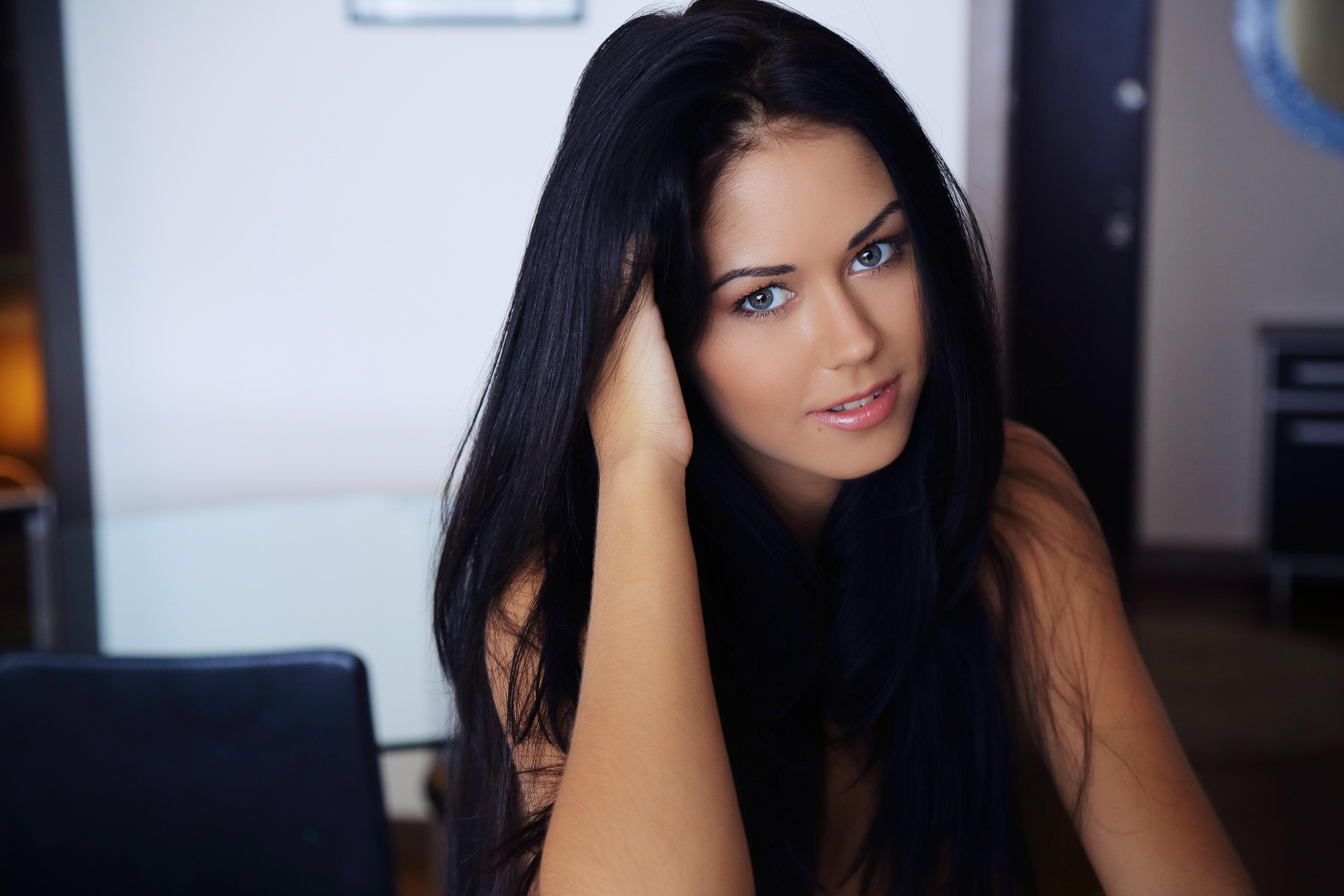Фото красивой девушке брюнетки одной и той же 15 фотография