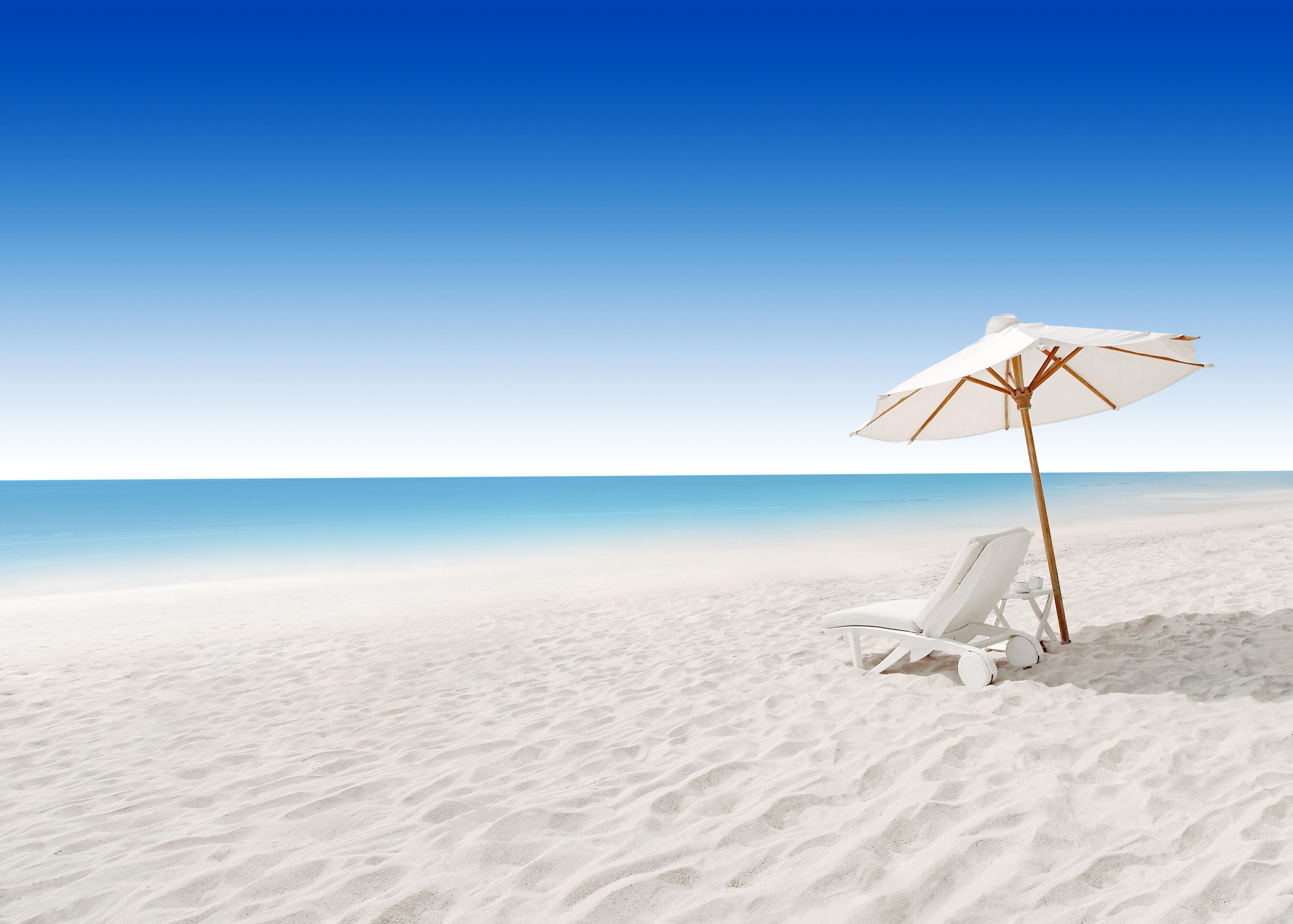 Пляж с желтыми зонтами  № 1497435 загрузить